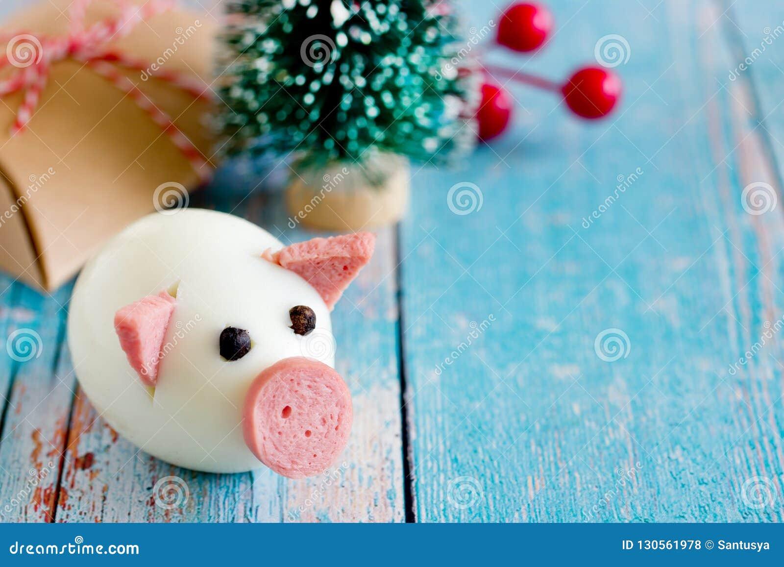 Концепция 2019 - свинья еды Нового Года от яйца