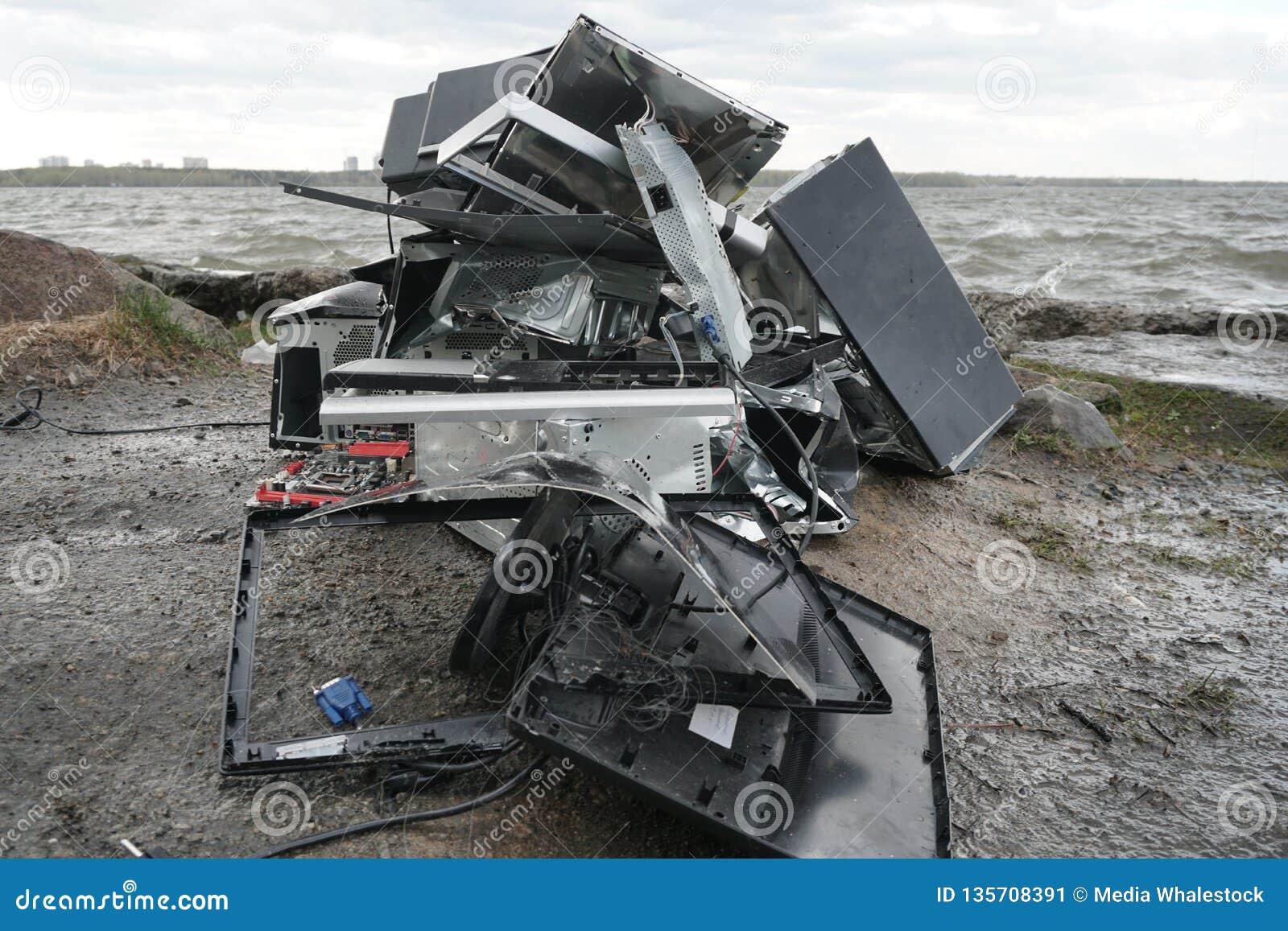 Концепция свободы от наркомании компьютера - человек ломает системный блок компьютера с Хаммером снаружи, озеро с