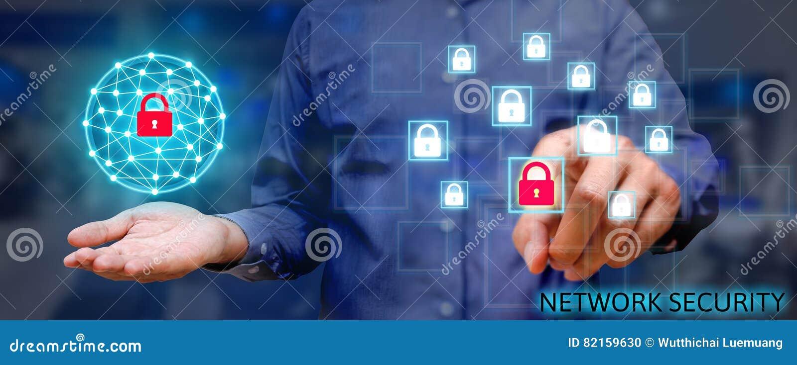 Концепция сети безопасностью кибер, молодой азиатский человек держа глобальный n