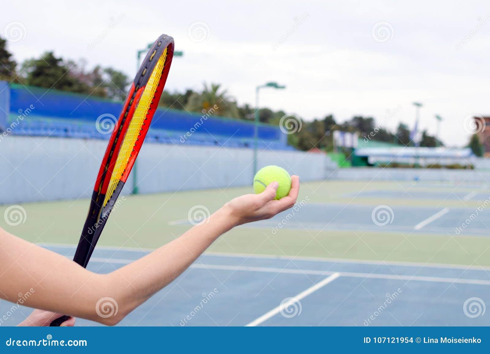 Концепция спорта и мероприятий на свежем воздухе Игра с большим теннисом - рукой с шариком и ракеткой