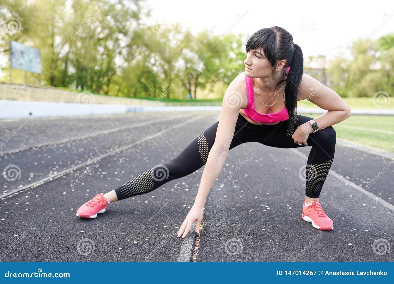 Концепция спорта и образа жизни - женщина делая спорт outdoors