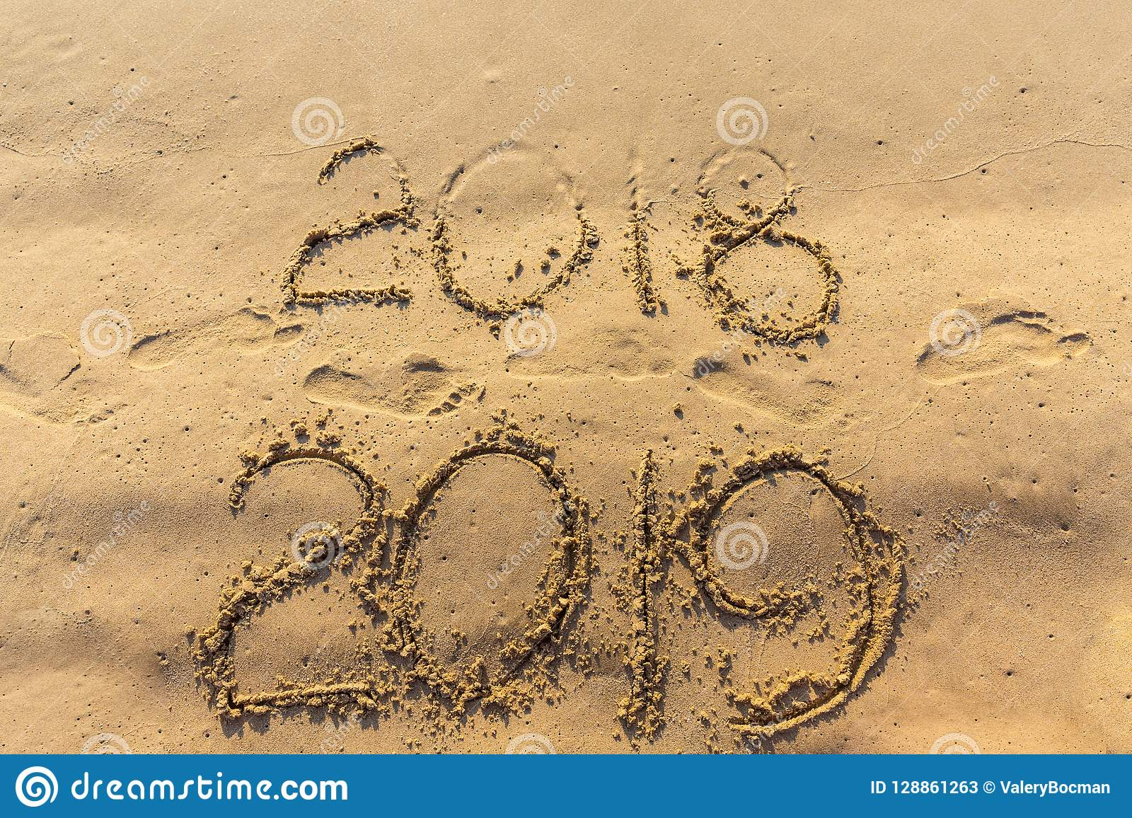 Концепция счастливого Нового Года 2019 приходящ и выходящ год 2018