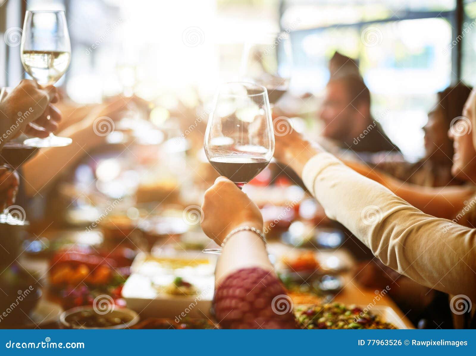 Концепция счастья приветственных восклицаний еды деловой встречи