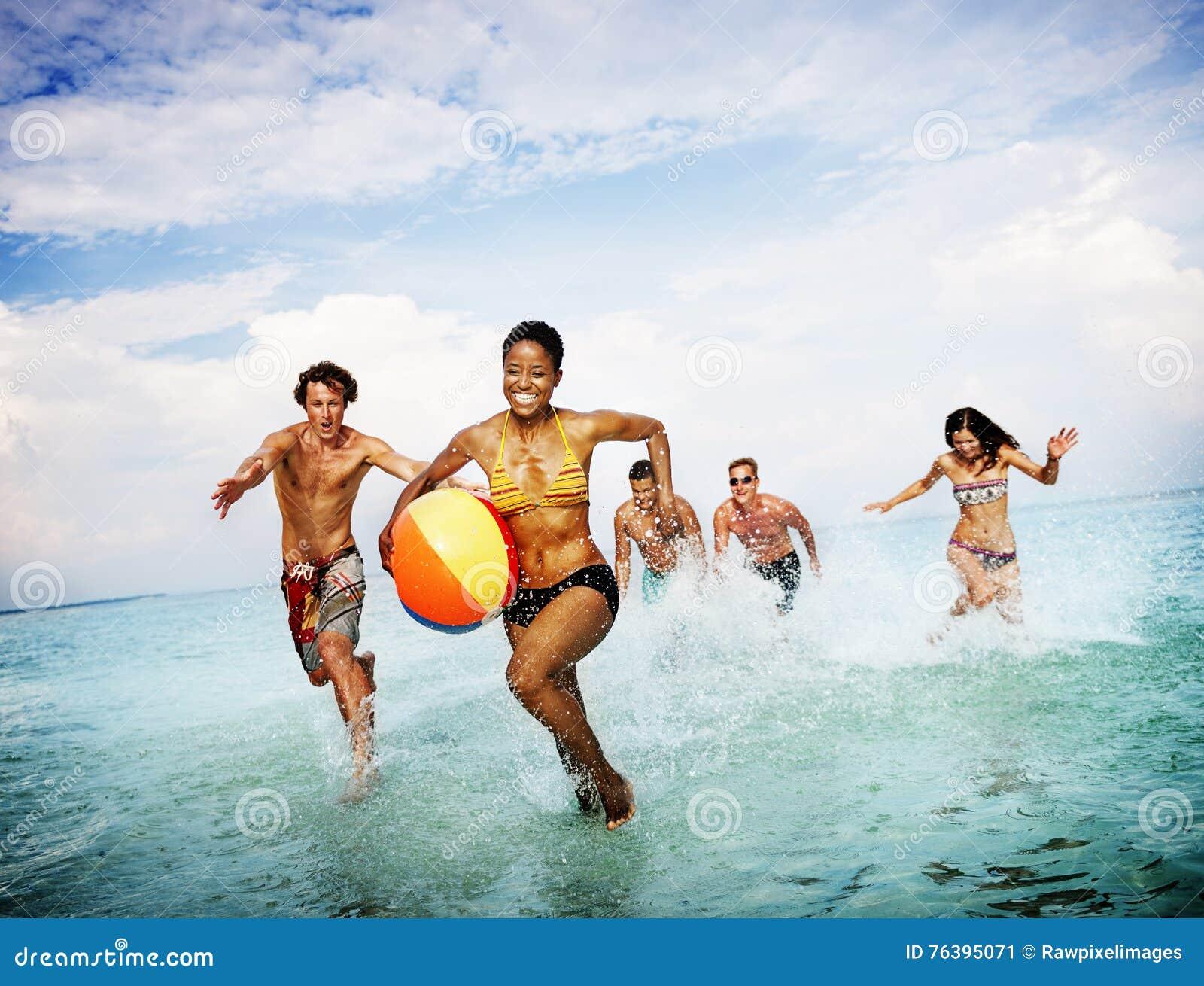 Концепция счастья друзей океана моря пляжа шарика солнечная
