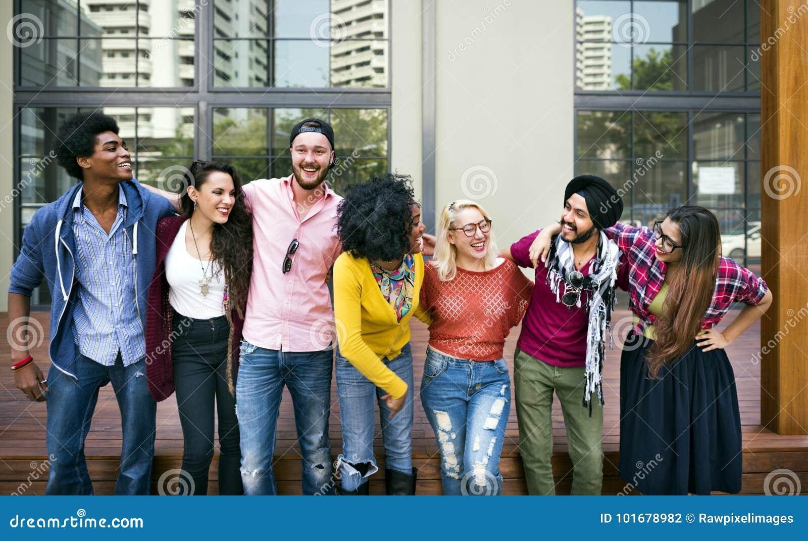 Концепция счастья сыгранности студентов колледжа усмехаясь