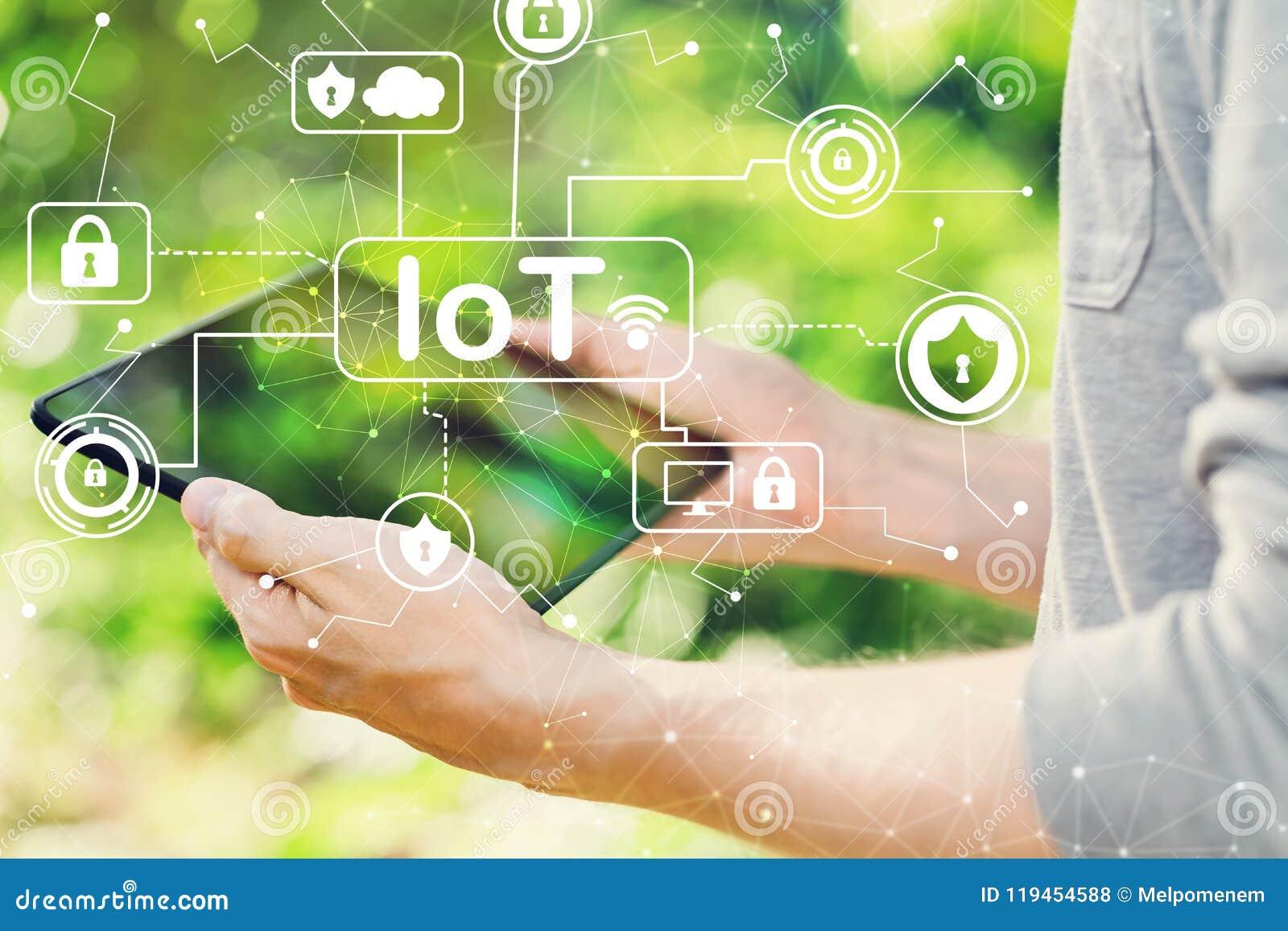 Концепция темы безопасностью IoT при человек держа его таблетку