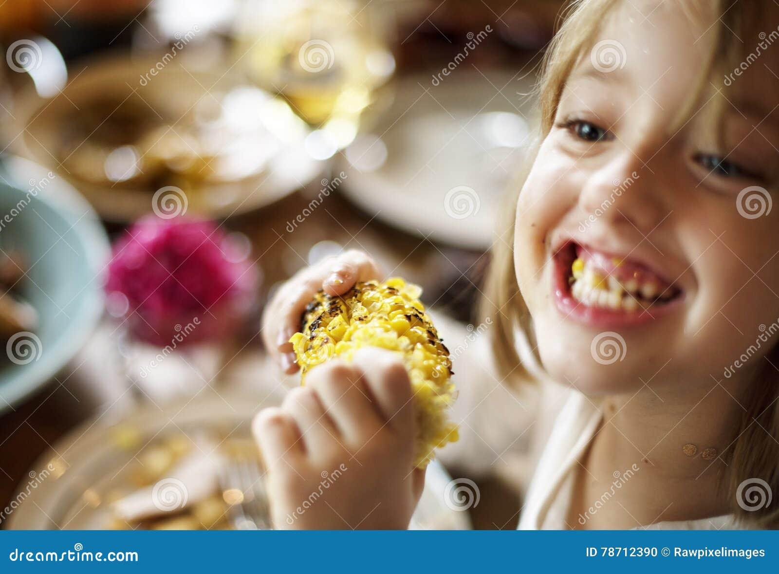 Концепция торжества благодарения мозоли еды маленькой девочки