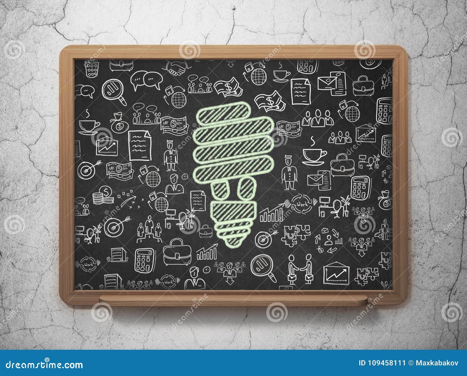 Концепция финансов: Энергосберегающая лампа на предпосылке школьного правления