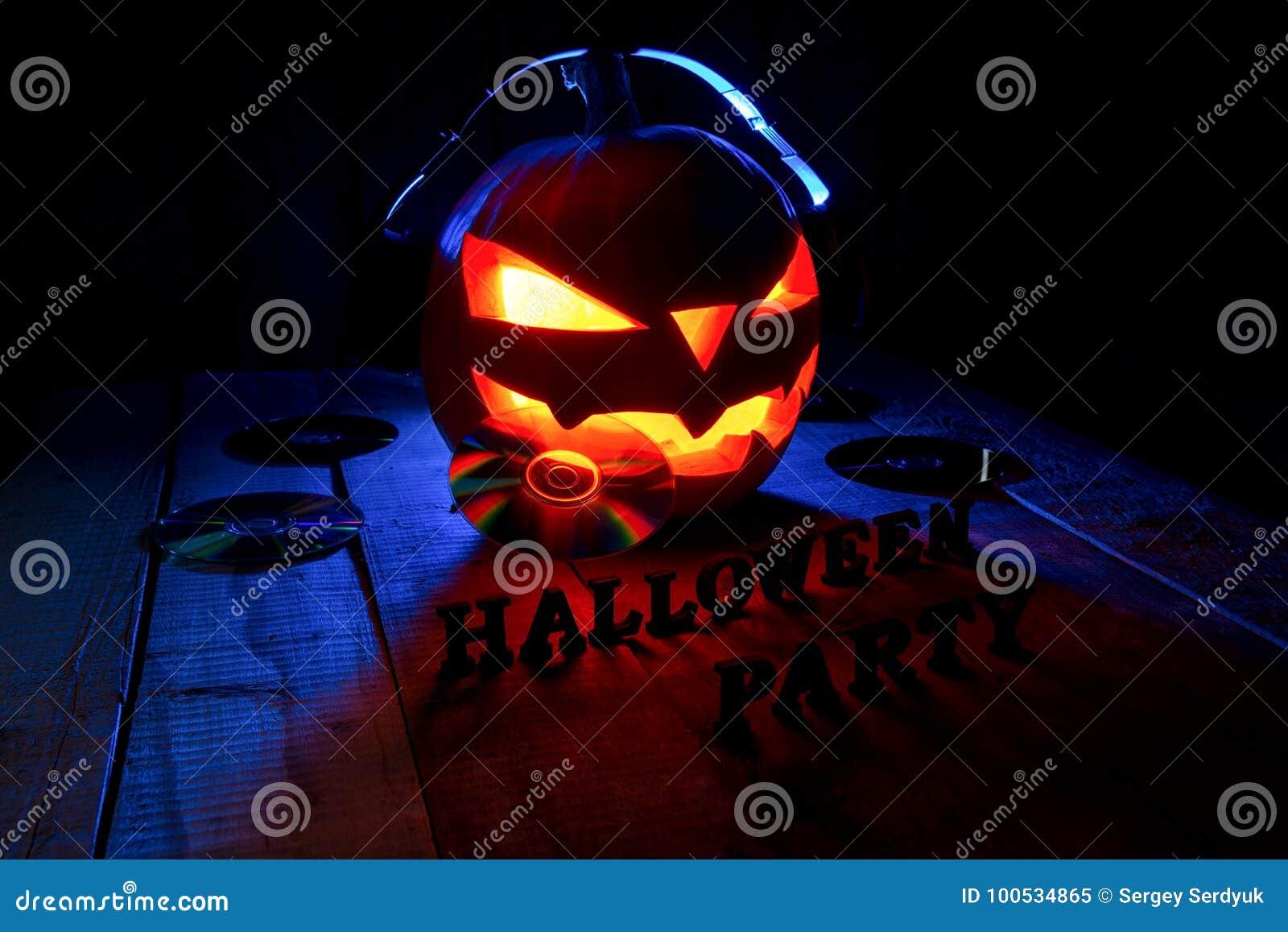 Концепция хеллоуина Лампа jack тыквы, в наушниках с