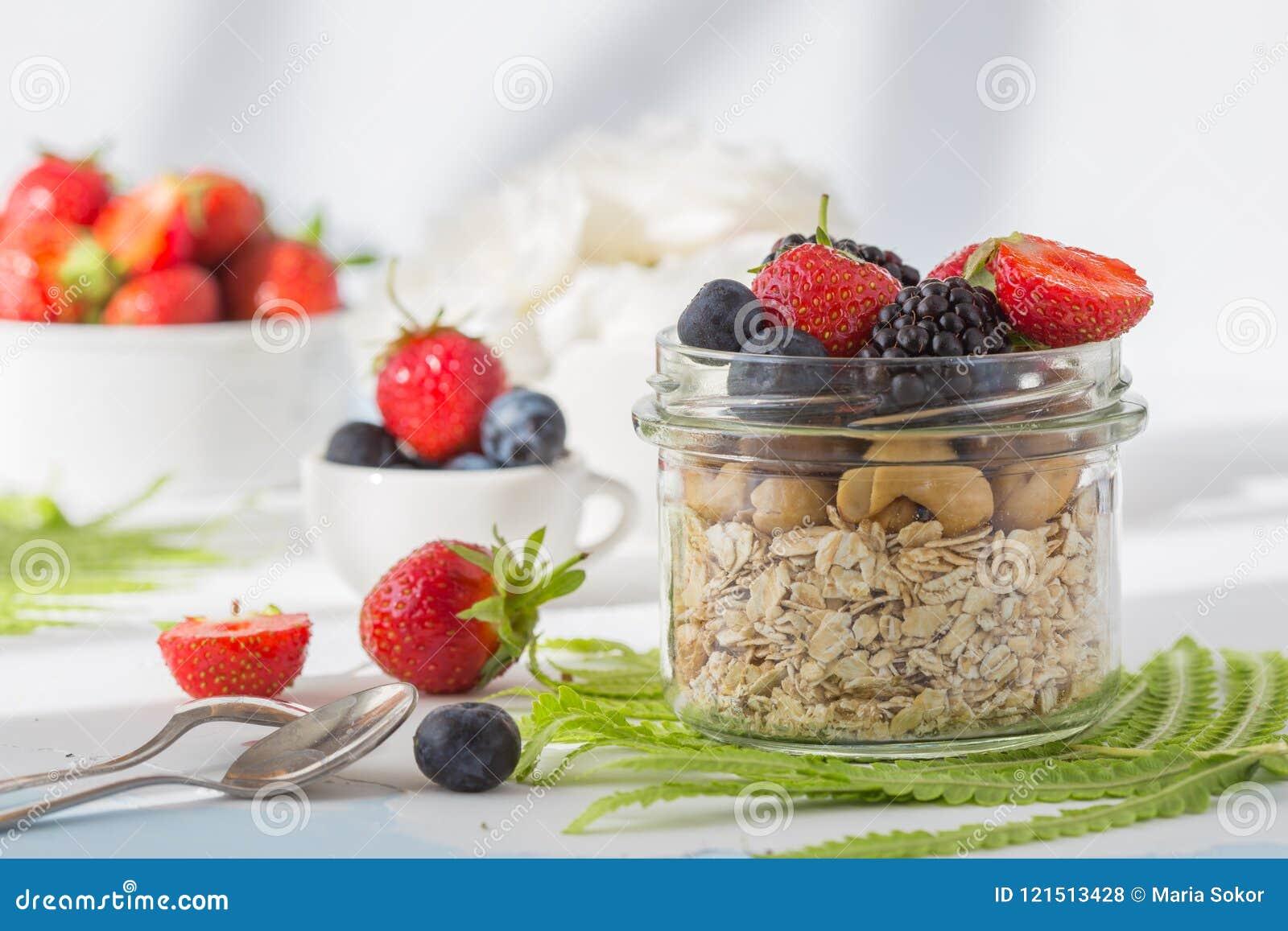Концепция хлопьев еды здорового завтрака супер с свежими фруктами, granola, югуртом, гайками и зерном цветня, с едой высокой в пр