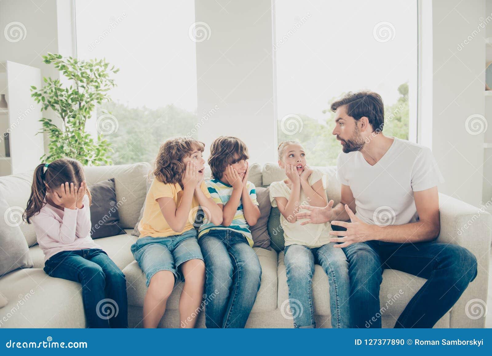 Концепция preteen свободного времени пре-предназначенная для подростков Няня говорит рассказ устрашения