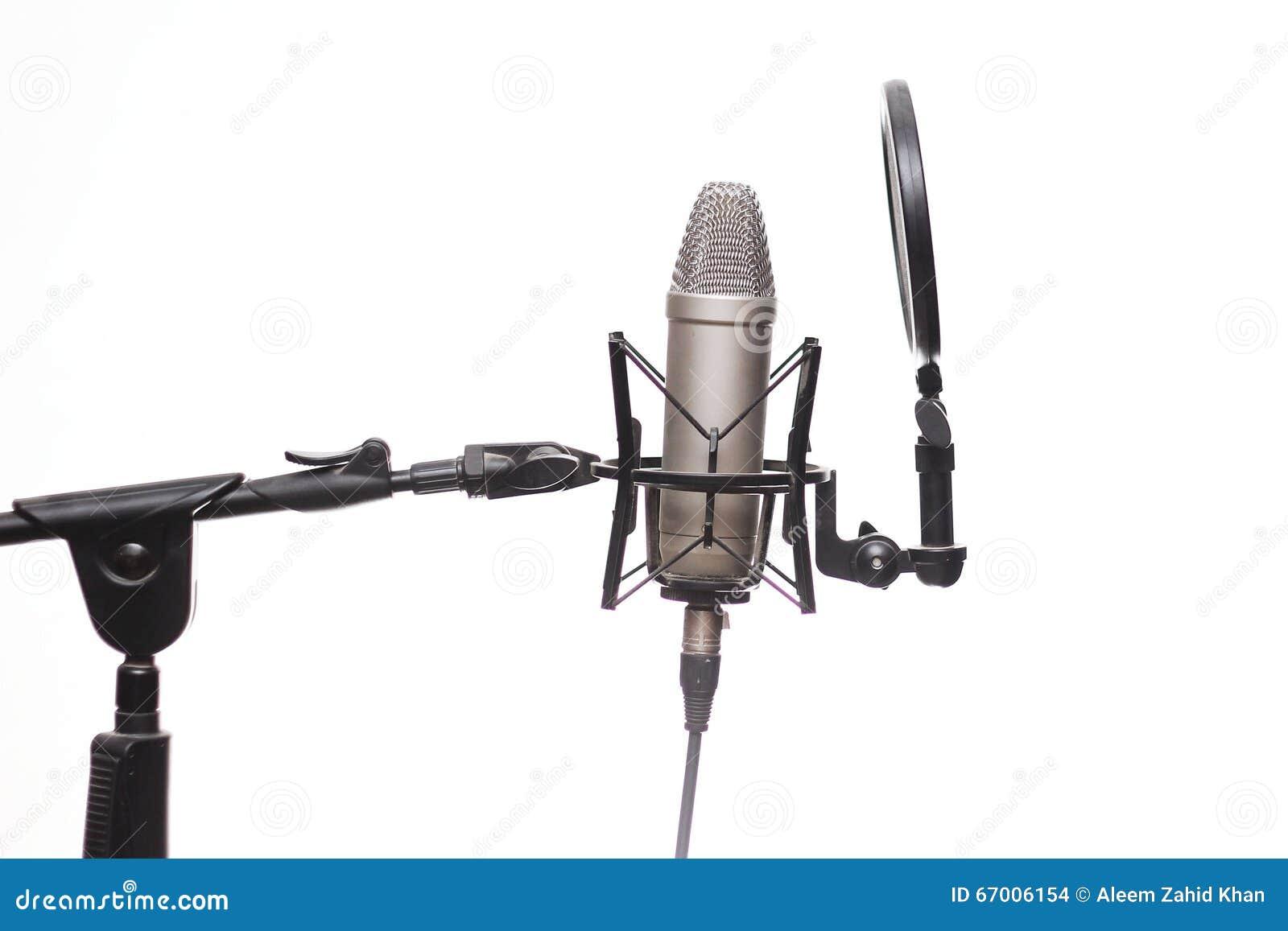 Конденсатор Mic на стойке в студии изолированной на белизне