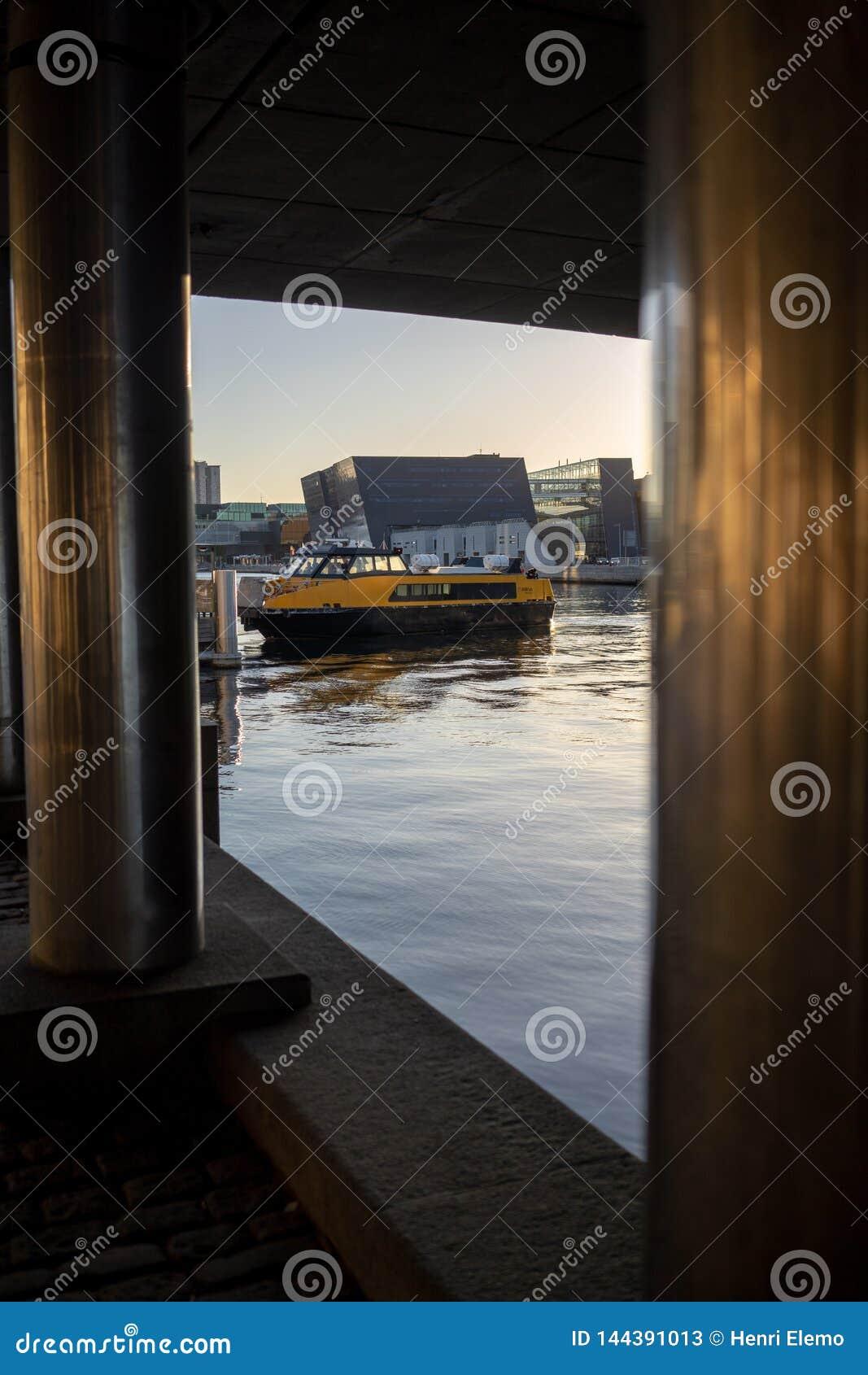 Копенгаген, Дания - 1-ое апреля 2019: Желтый автобус шлюпки общественного транспорта на Копенгагене на солнечный день