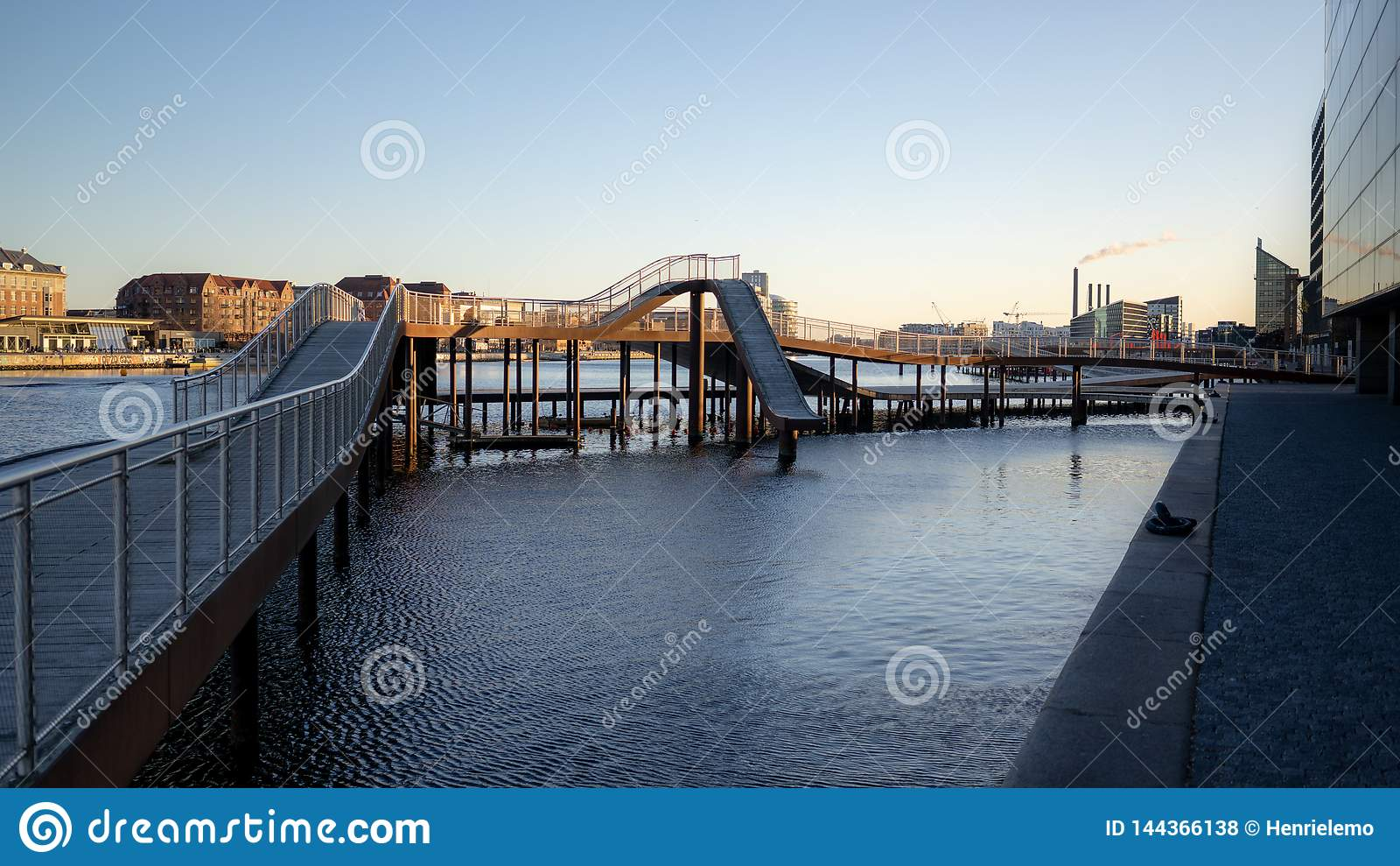 Копенгаген, Дания - 1-ое апреля 2019: Мост Kalvobod который современная структура