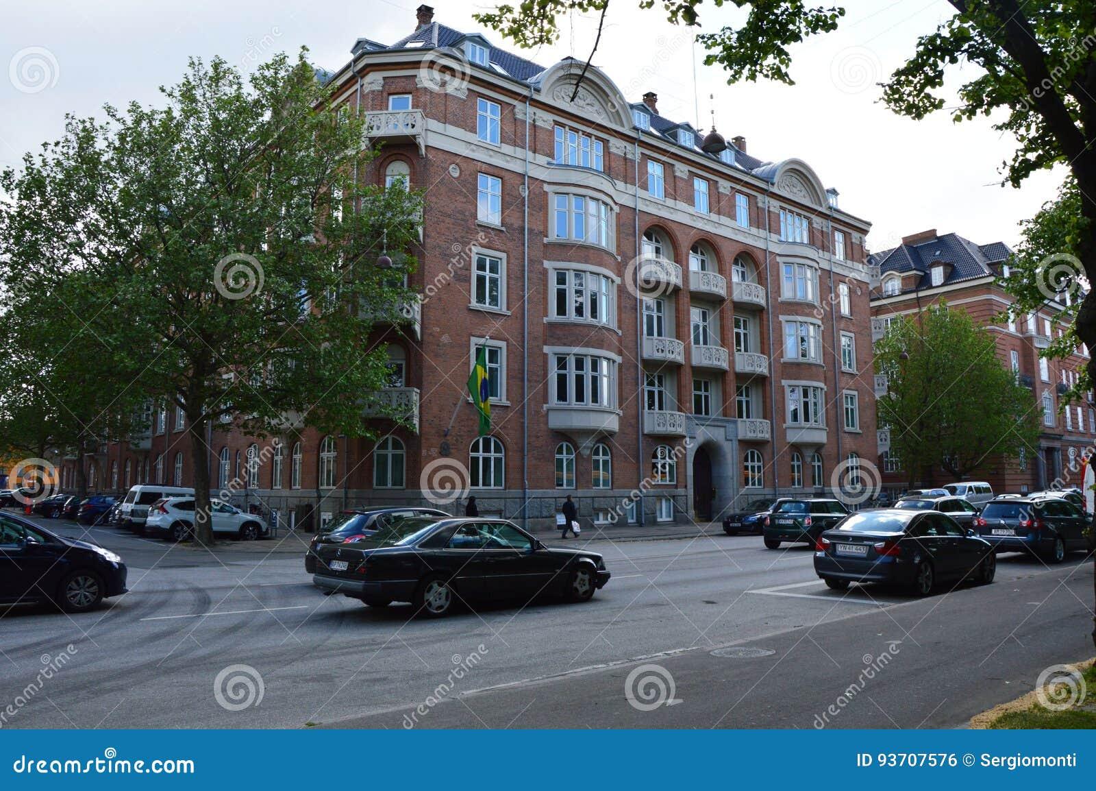 КОПЕНГАГЕН, ДАНИЯ, 31-ОЕ МАЯ 2017: Посольство Бразилии в Копенгагене в взгляде улицы Jens Kofods Gade от улицы Grønningen