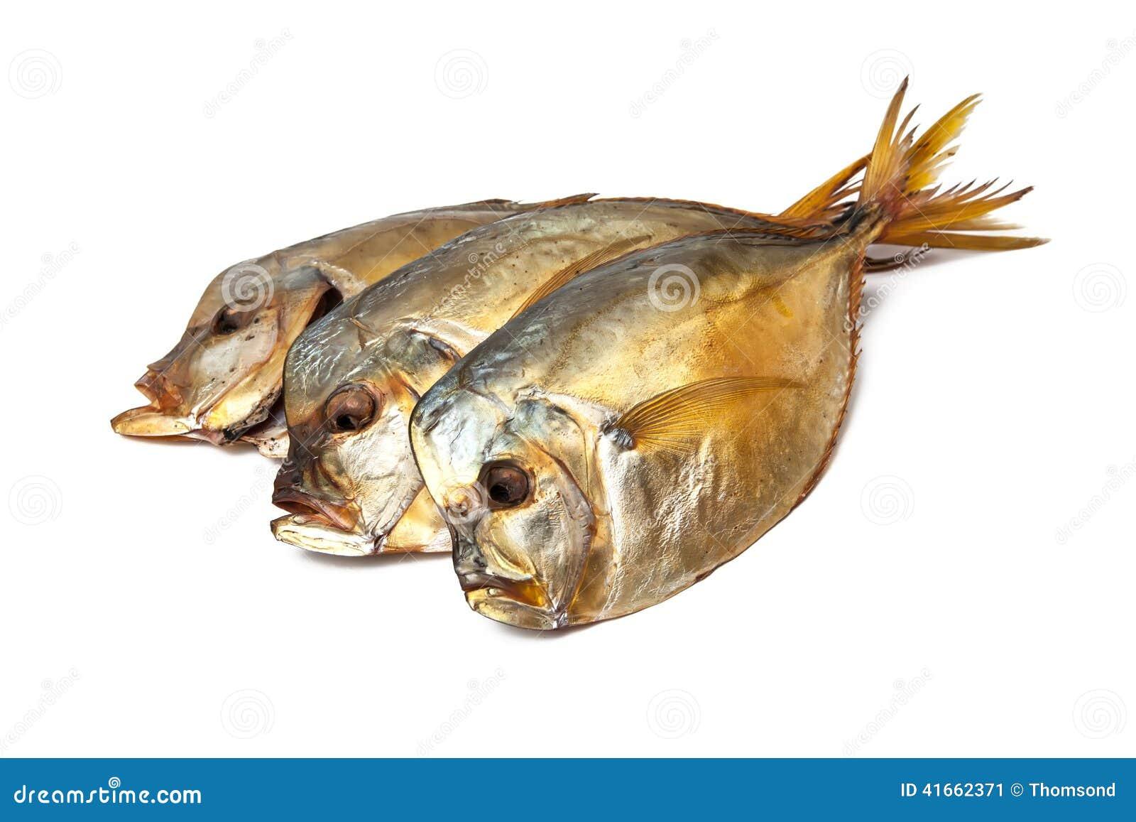 Копченые рыбы на белой предпосылке
