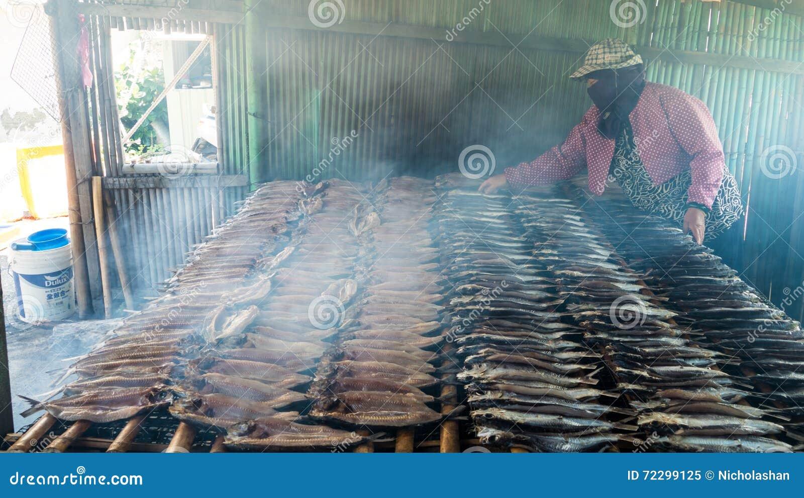 Копченые рыбы на плите в лете, Тайване