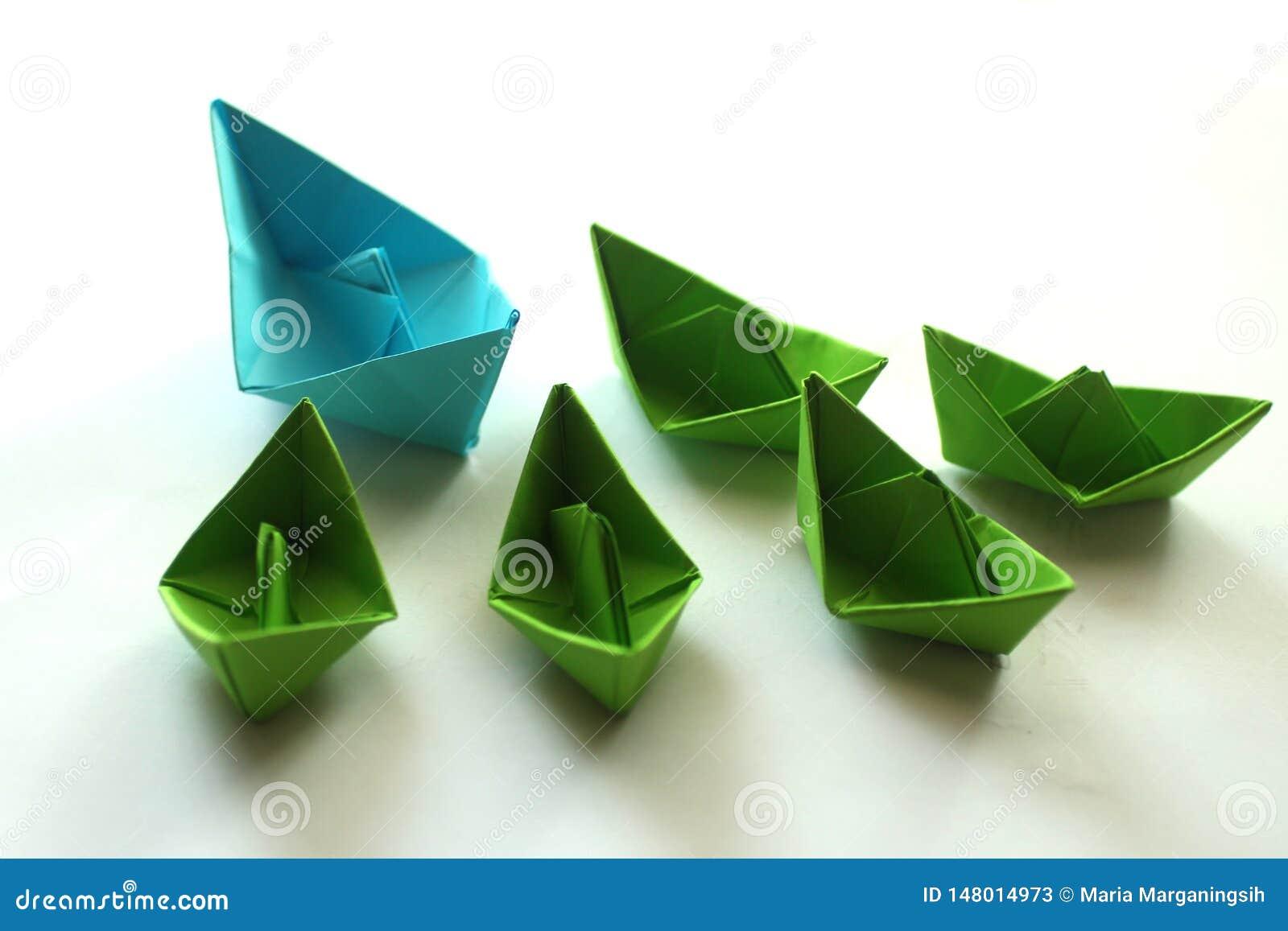 Корабли Origami бумажные в цветах света - голубых и зеленых