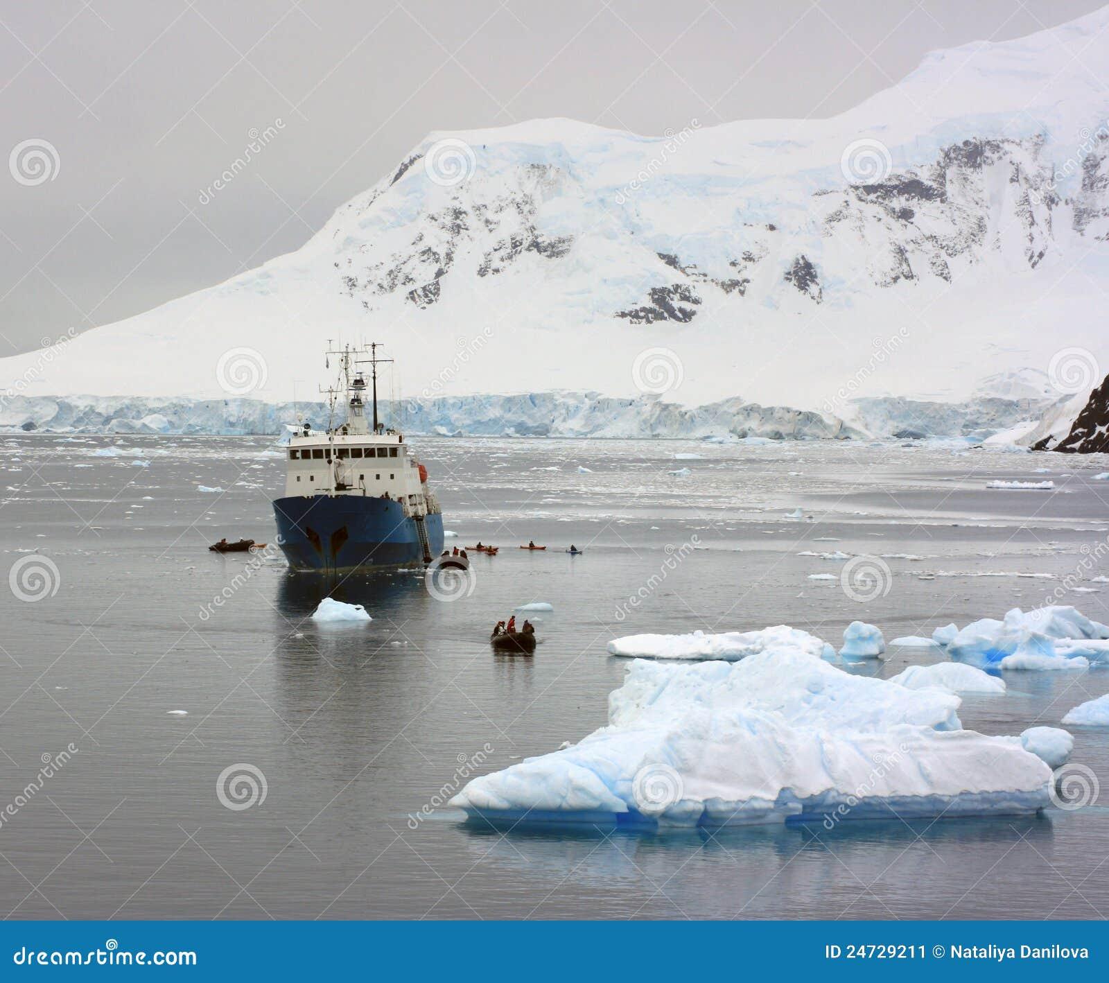 Корабль в приантарктических водах