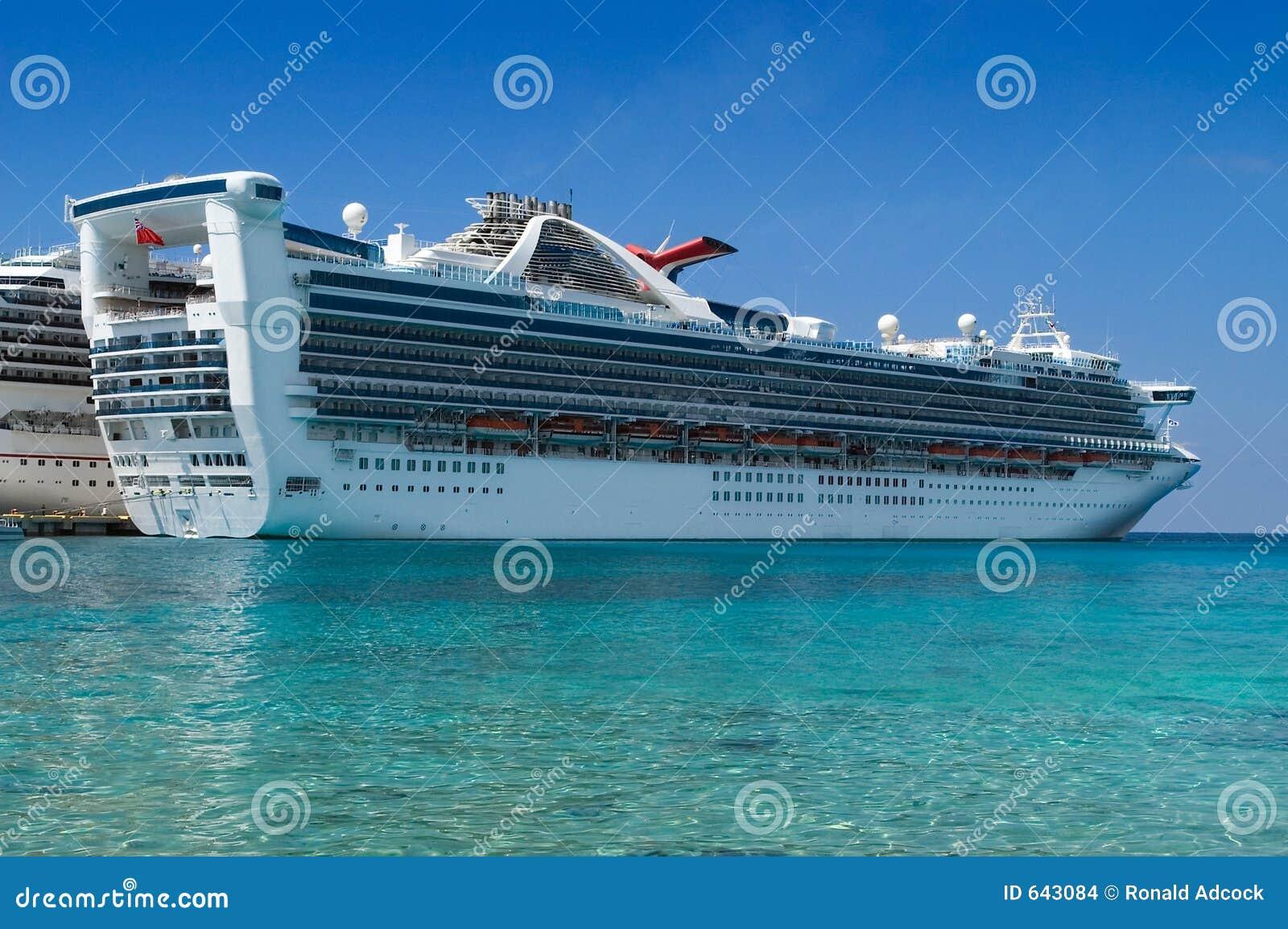 Download корабль состыкованный круизом Стоковое Фото - изображение насчитывающей облако, сосуд: 643084