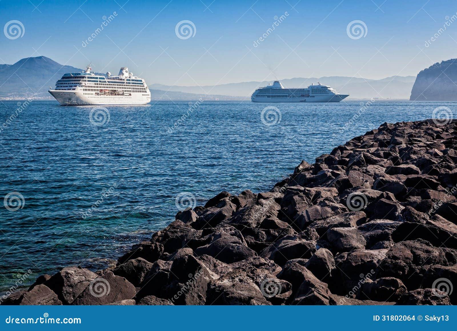Корабли в Сорренто возглавляя к Капри, Италии