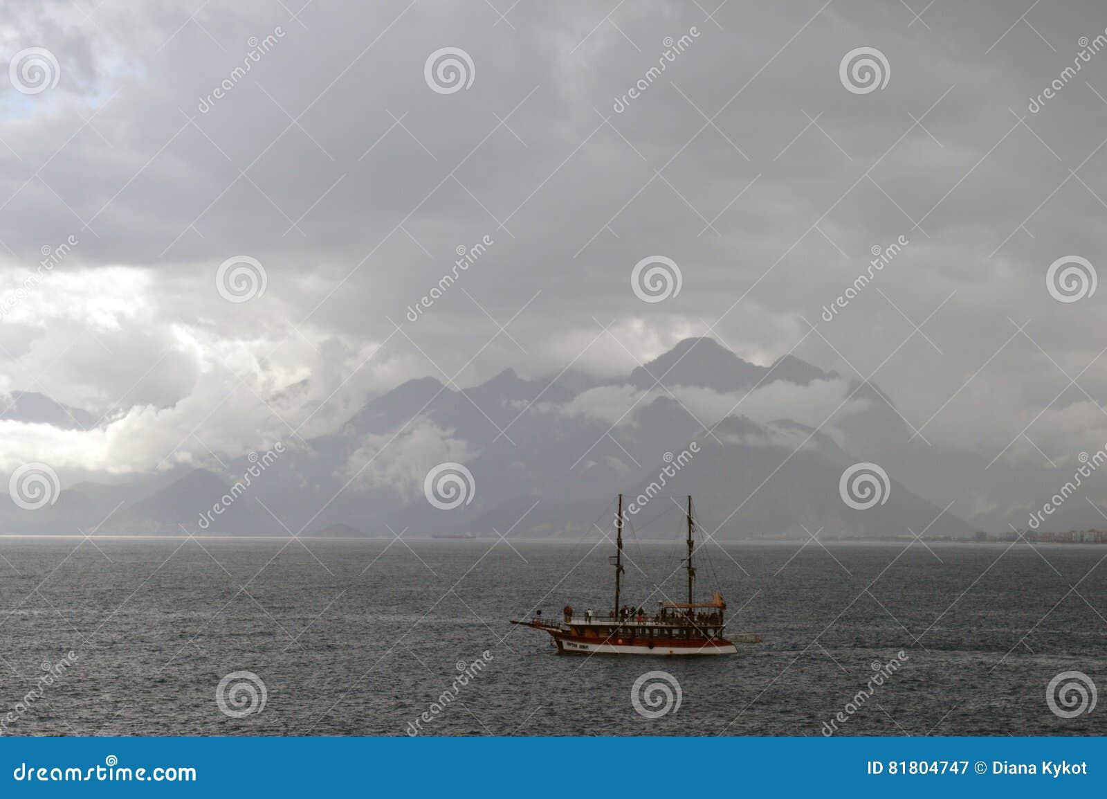 Корабль на море в ненастной погоде
