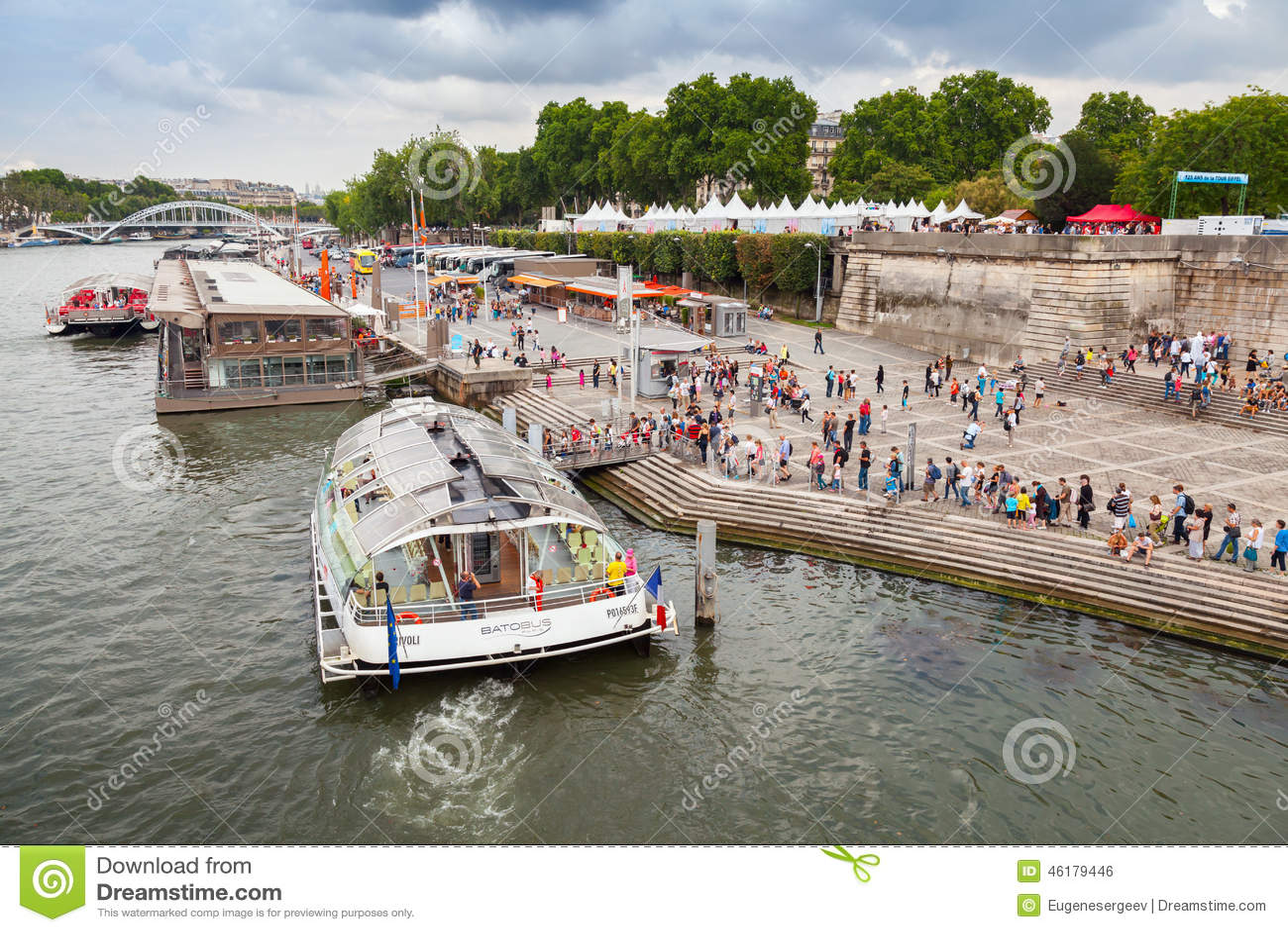 Корабль управляемый Batobus Парижем причален к пристани