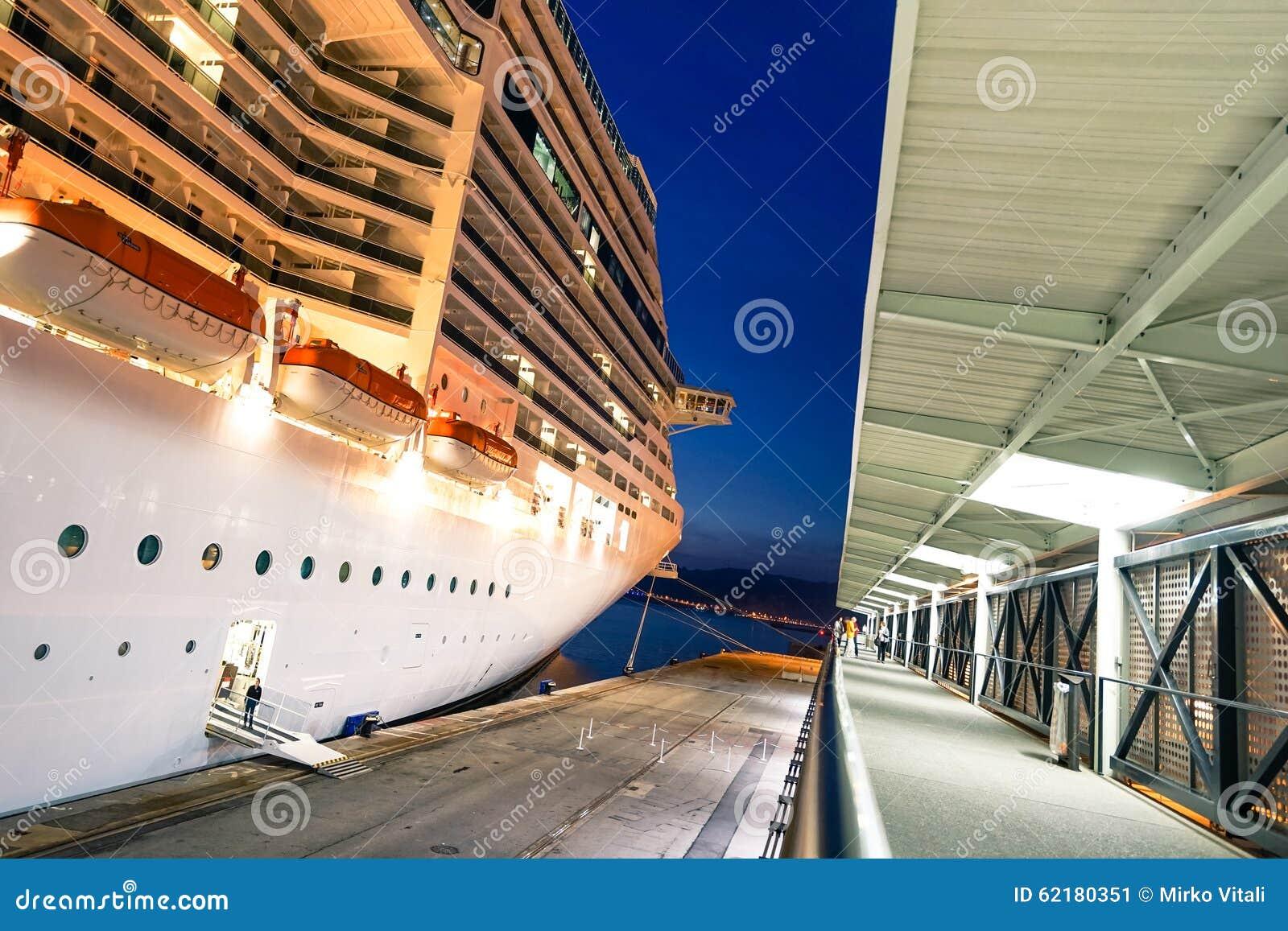 Корабль фантазии MSC состыкованный на порте марселя