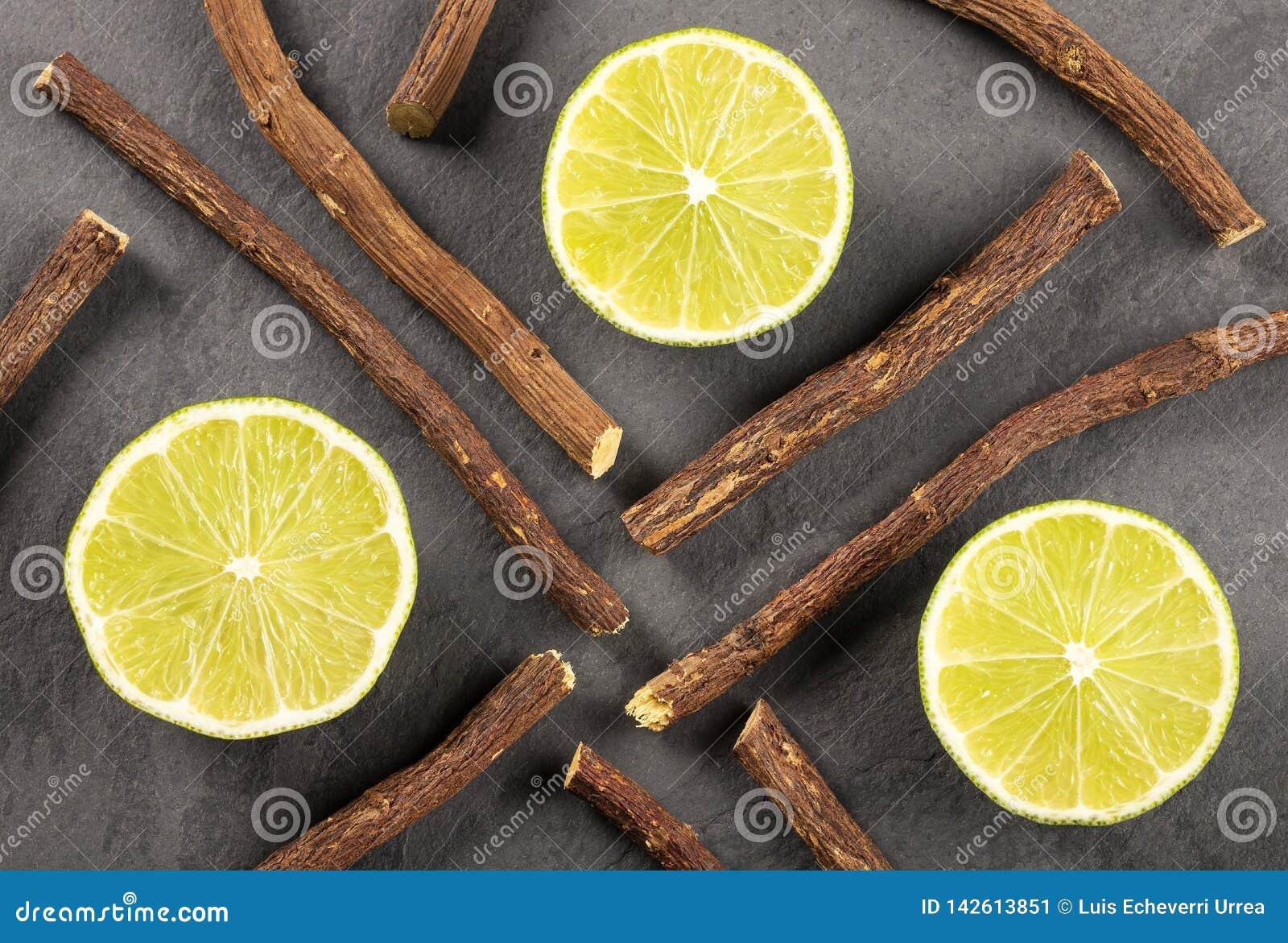 Корень солодки и лимон - glabra Glycyrrhiza Космос текста