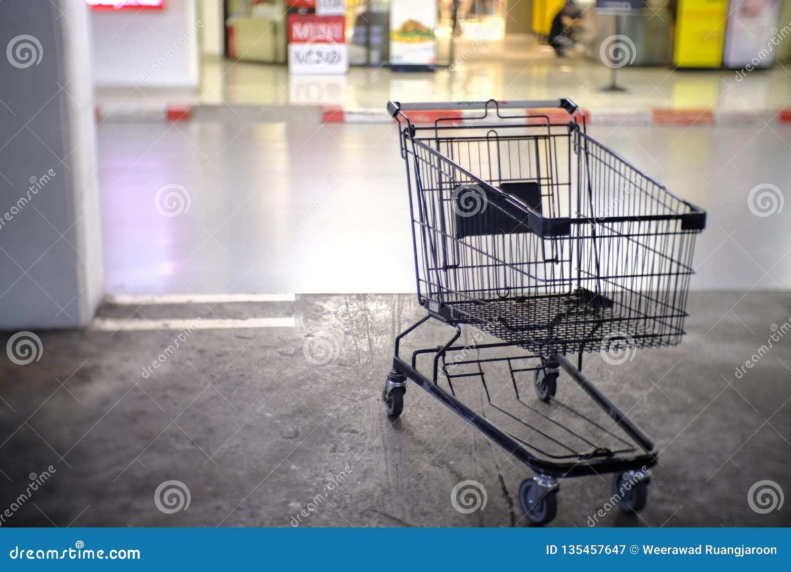 Корзина в стоянке на супермаркете