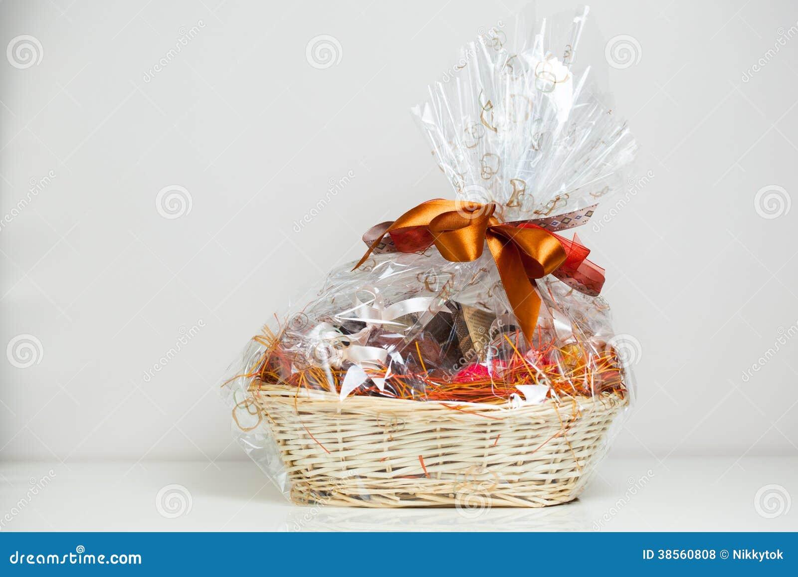 Подарки с чаем в корзине