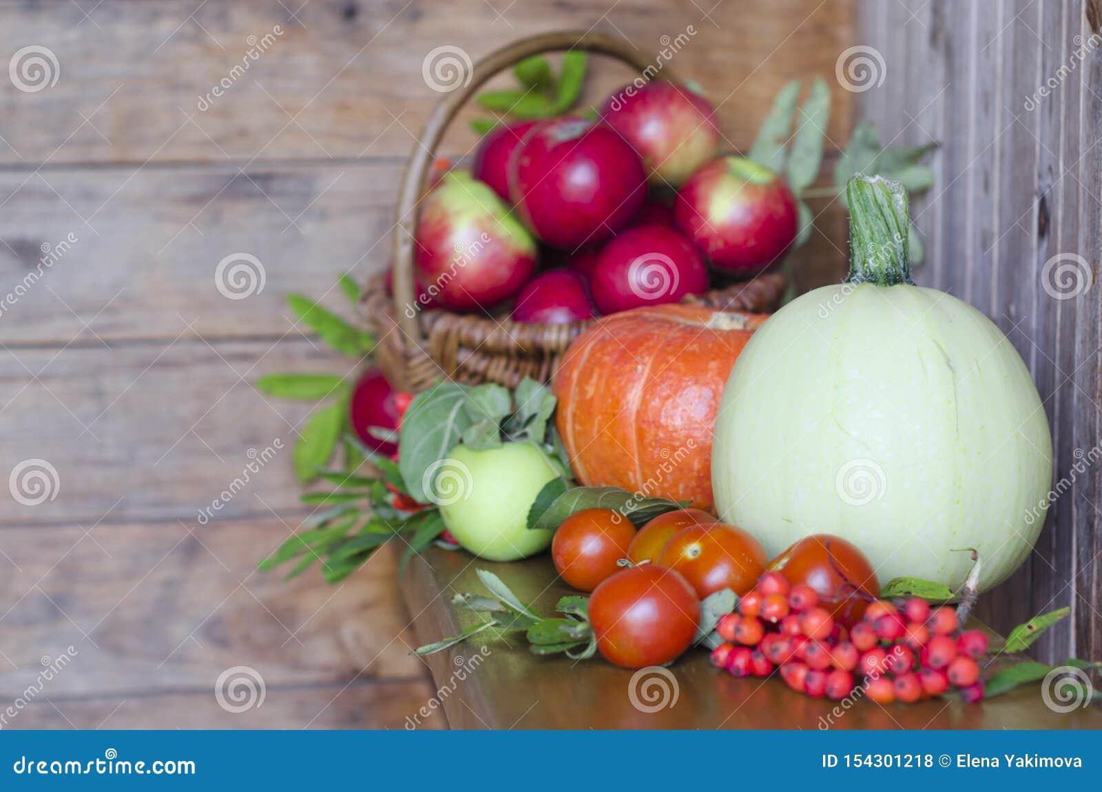 корзина с плодами на деревянной предпосылке сбор овощей