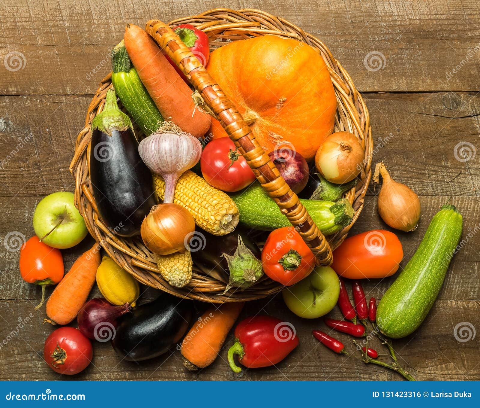 корзина с различными овощами над деревенской деревянной