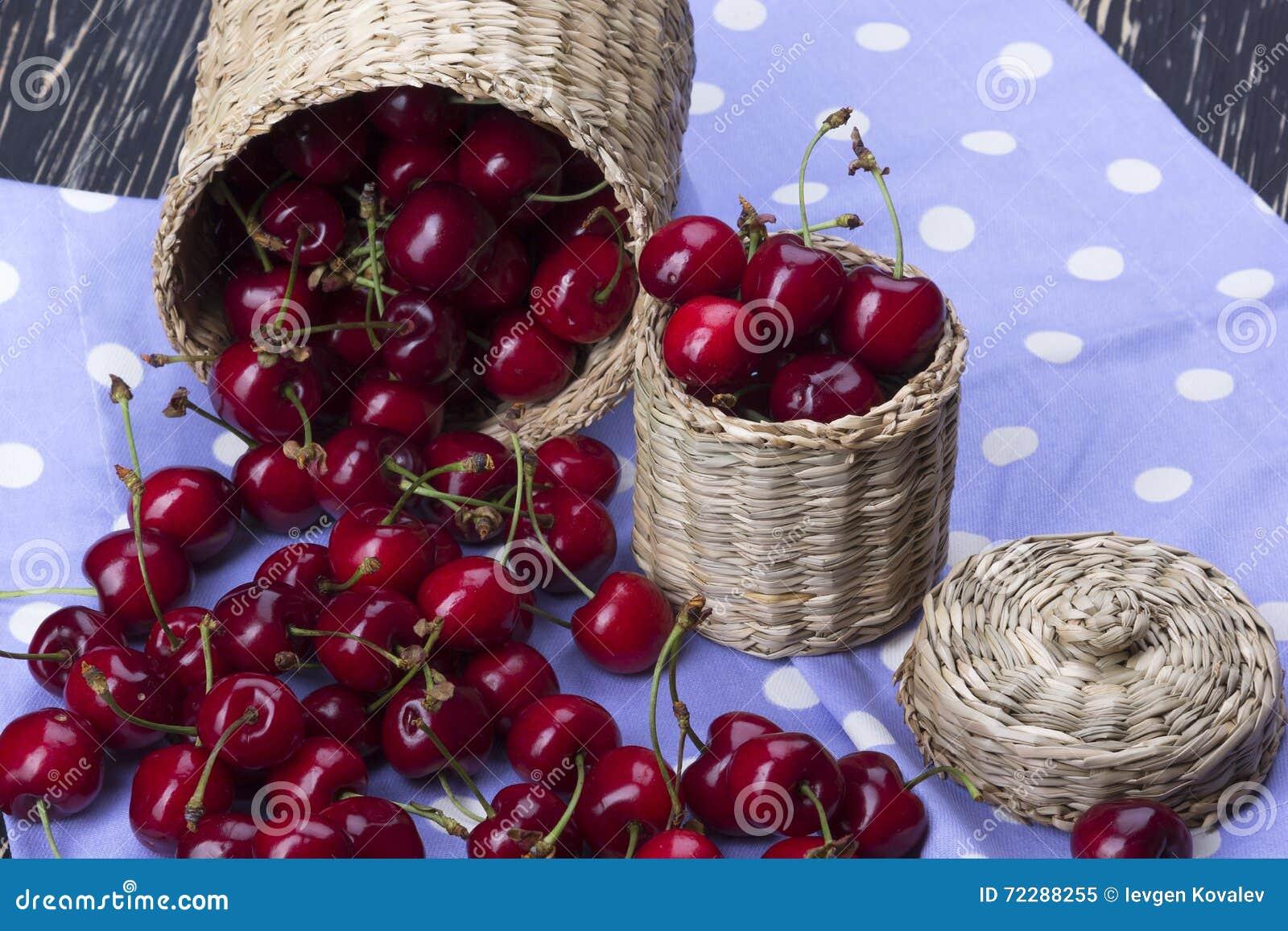 Download Корзины вишни на деревянной предпосылке Стоковое Изображение - изображение насчитывающей зрело, здорово: 72288255