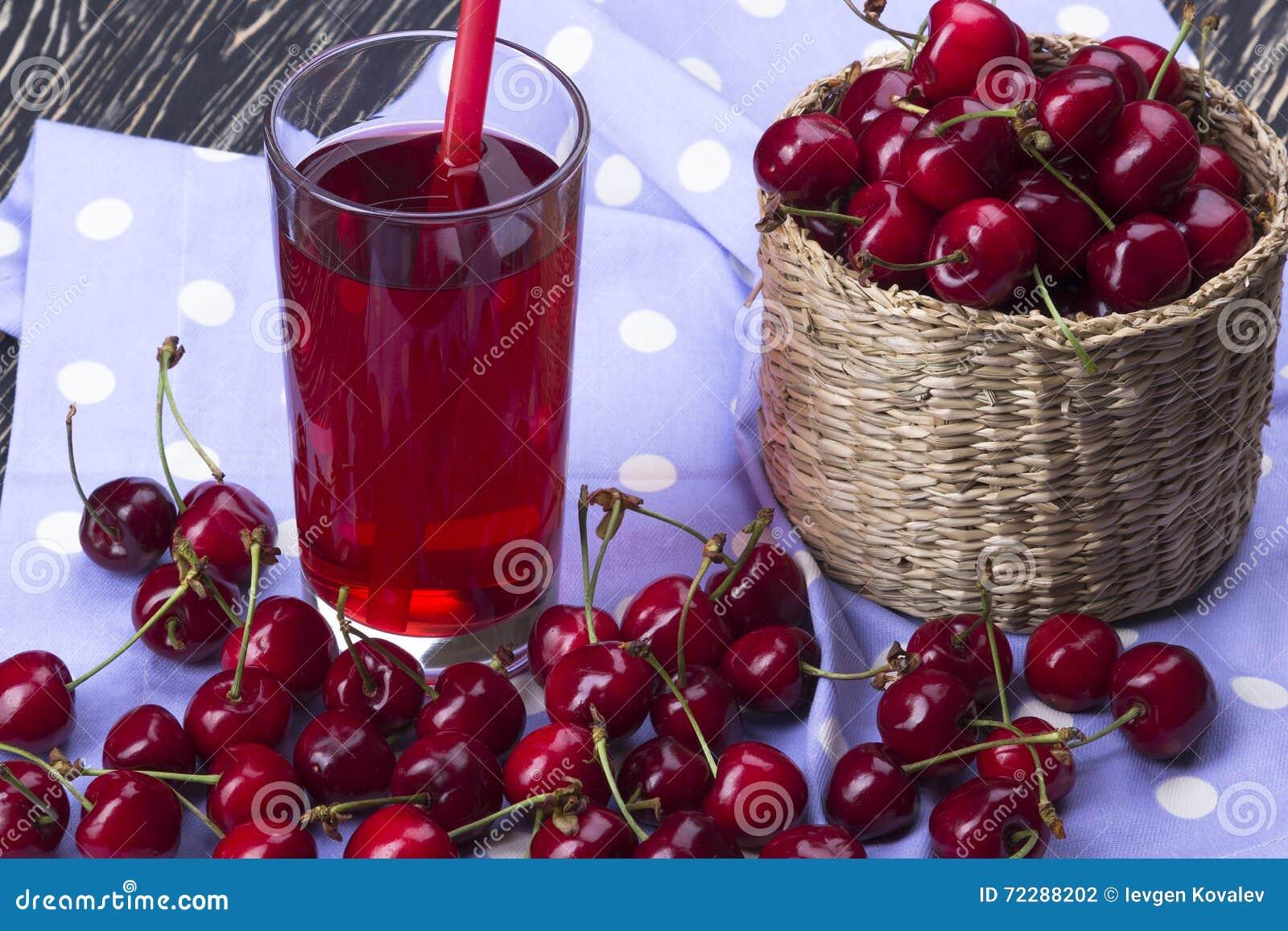 Download Корзины и сок вишни на деревянной предпосылке Стоковое Фото - изображение насчитывающей свеже, здорово: 72288202