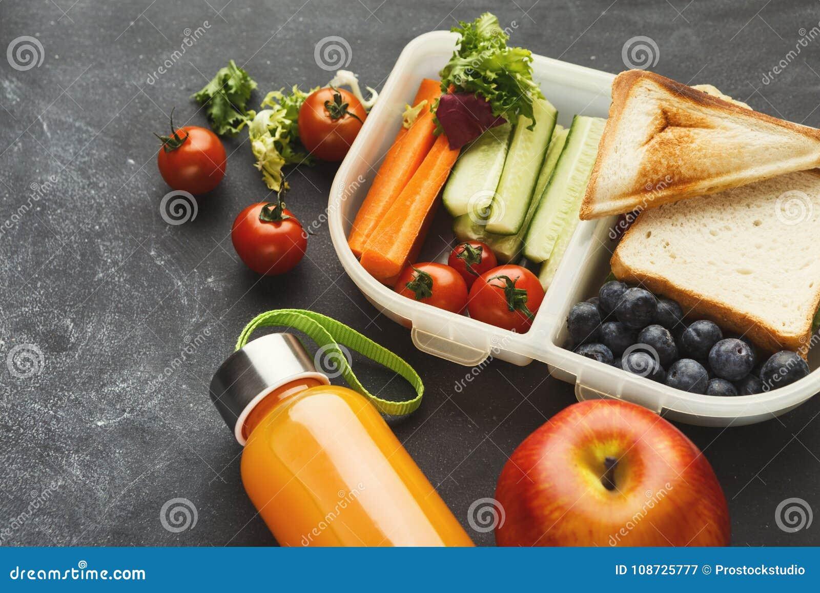 Коробка для завтрака с здоровой едой на черной предпосылке таблицы
