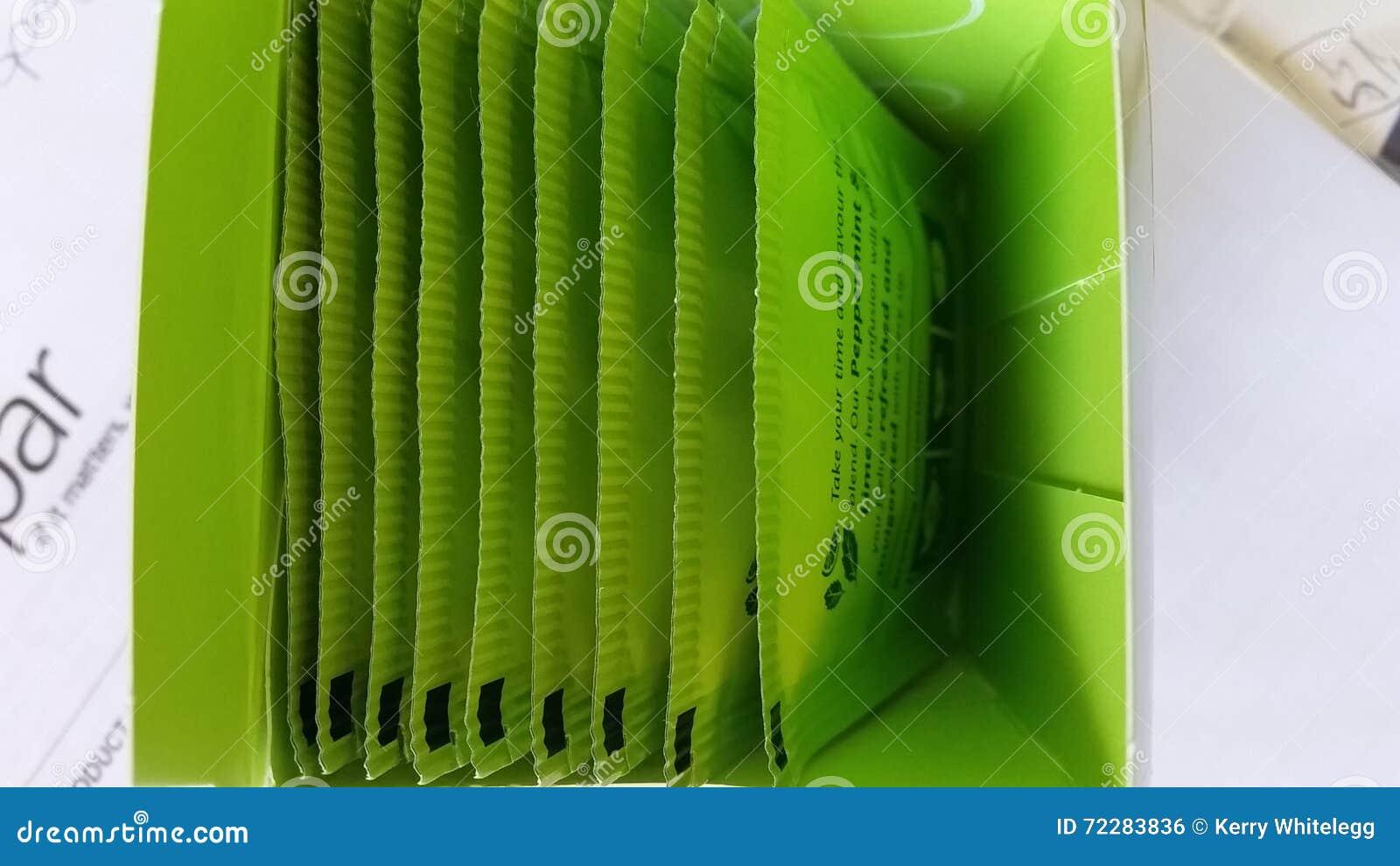 Download Коробка зеленых пакетиков чая Стоковое Фото - изображение насчитывающей взгляд, надземно: 72283836