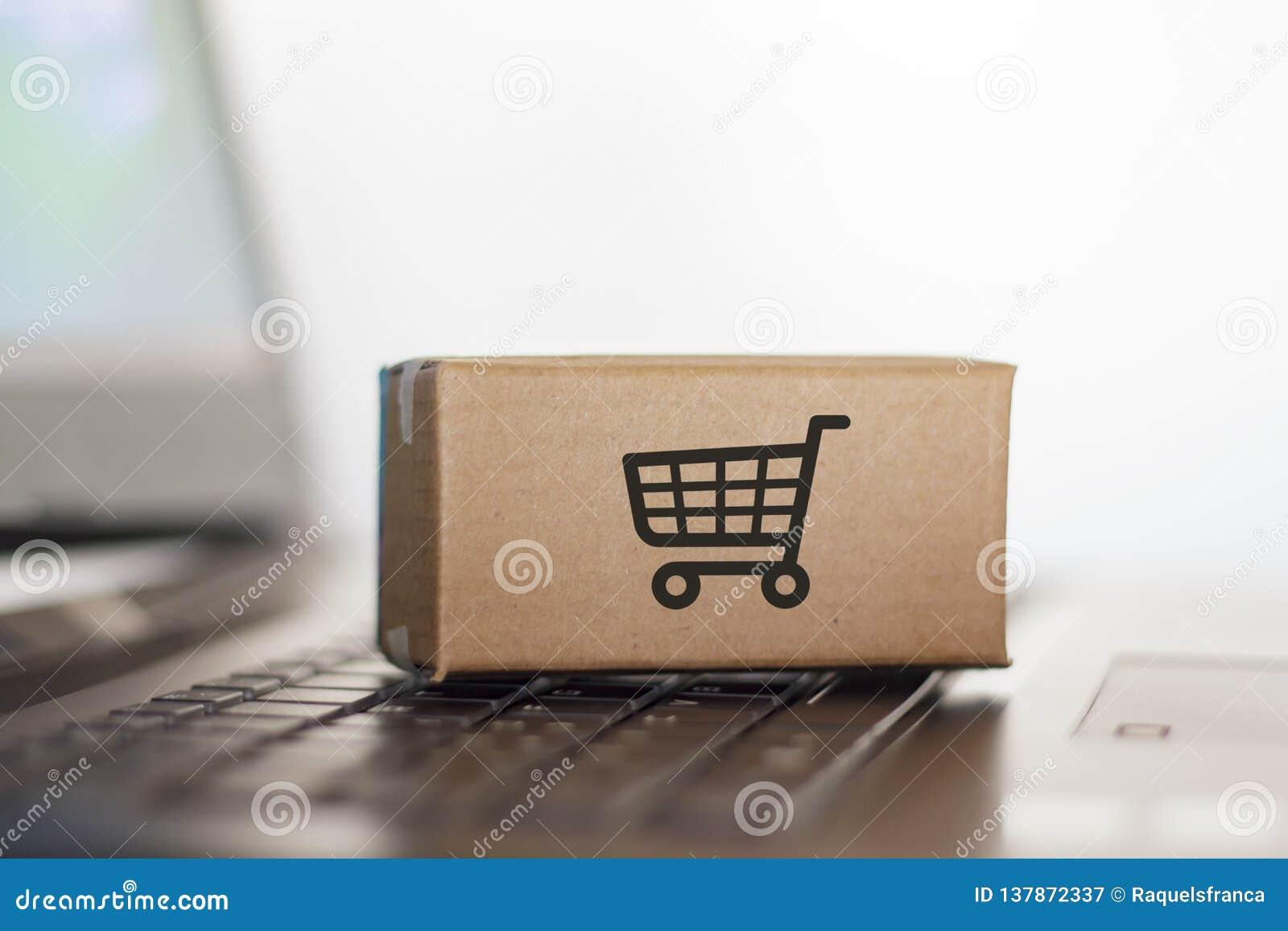 Коробка на клавиатуре компьютера Онлайн покупки, электронная коммерция и всемирная грузя концепция