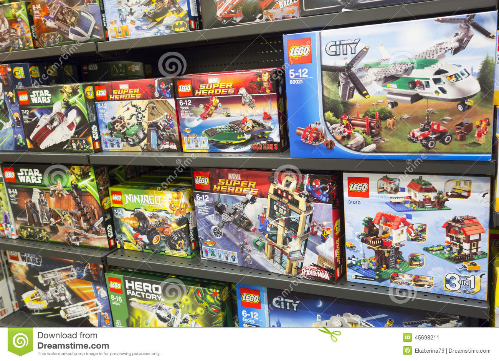 Коробки Lego на полках