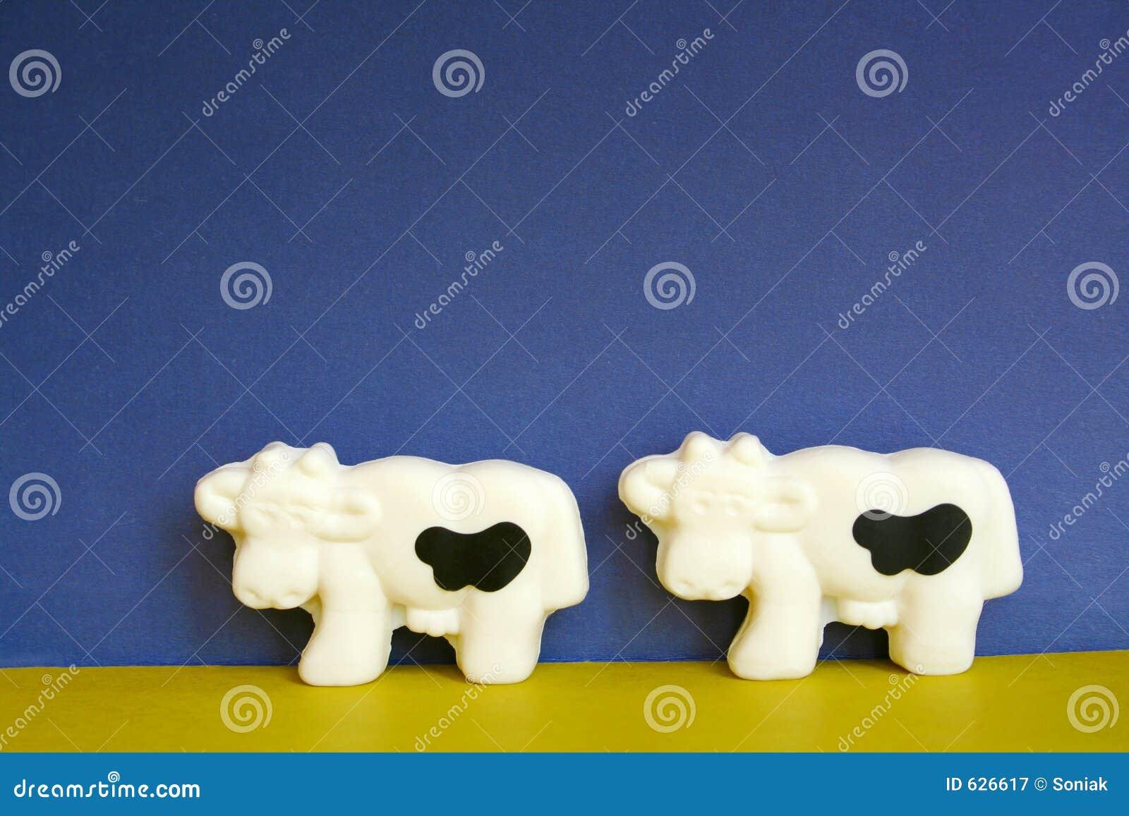 Download коровы 2 стоковое изображение. изображение насчитывающей yellow - 626617