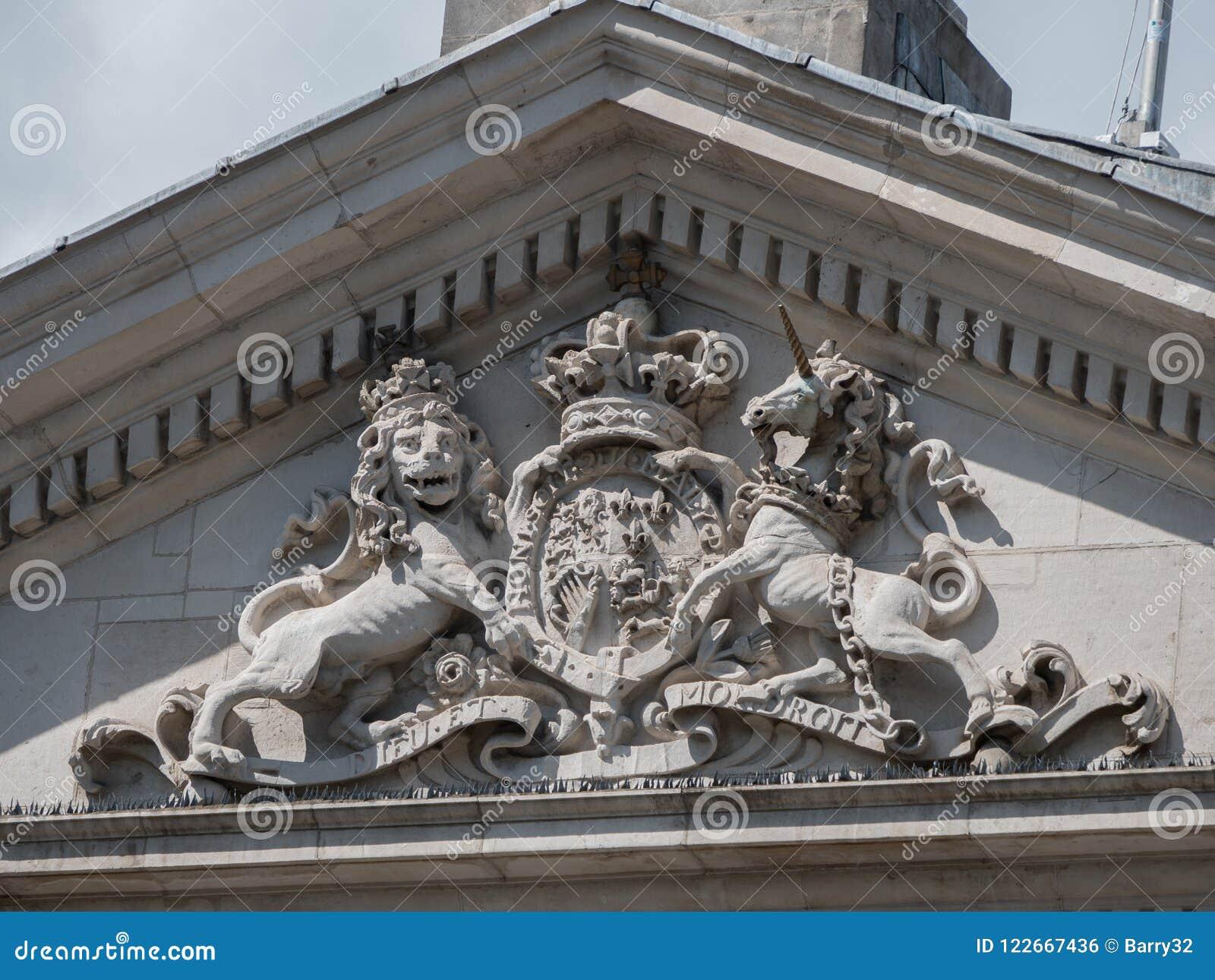 Королевский великобританский герб, бывшее ирландское здание парламента, зеленый цвет коллежа, Дублин, Ирландия