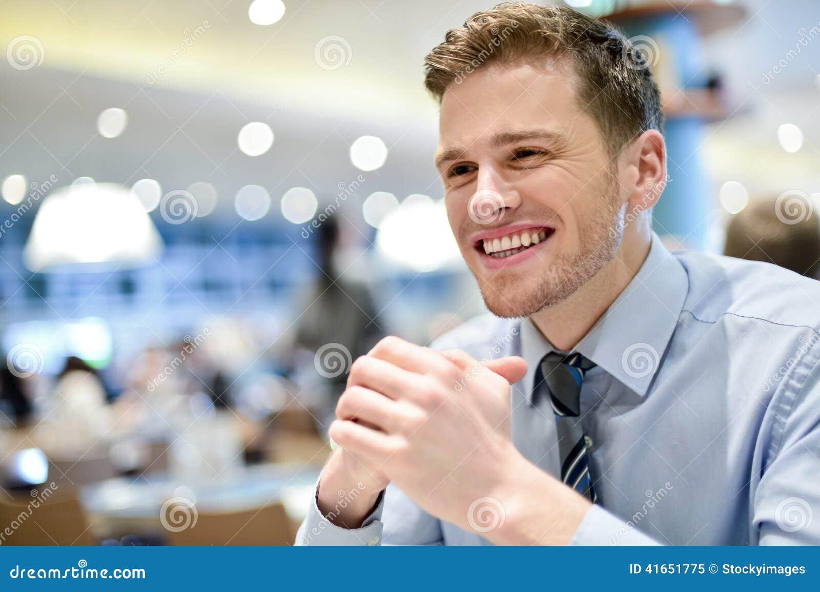 Корпоративный парень ожидая его заказа