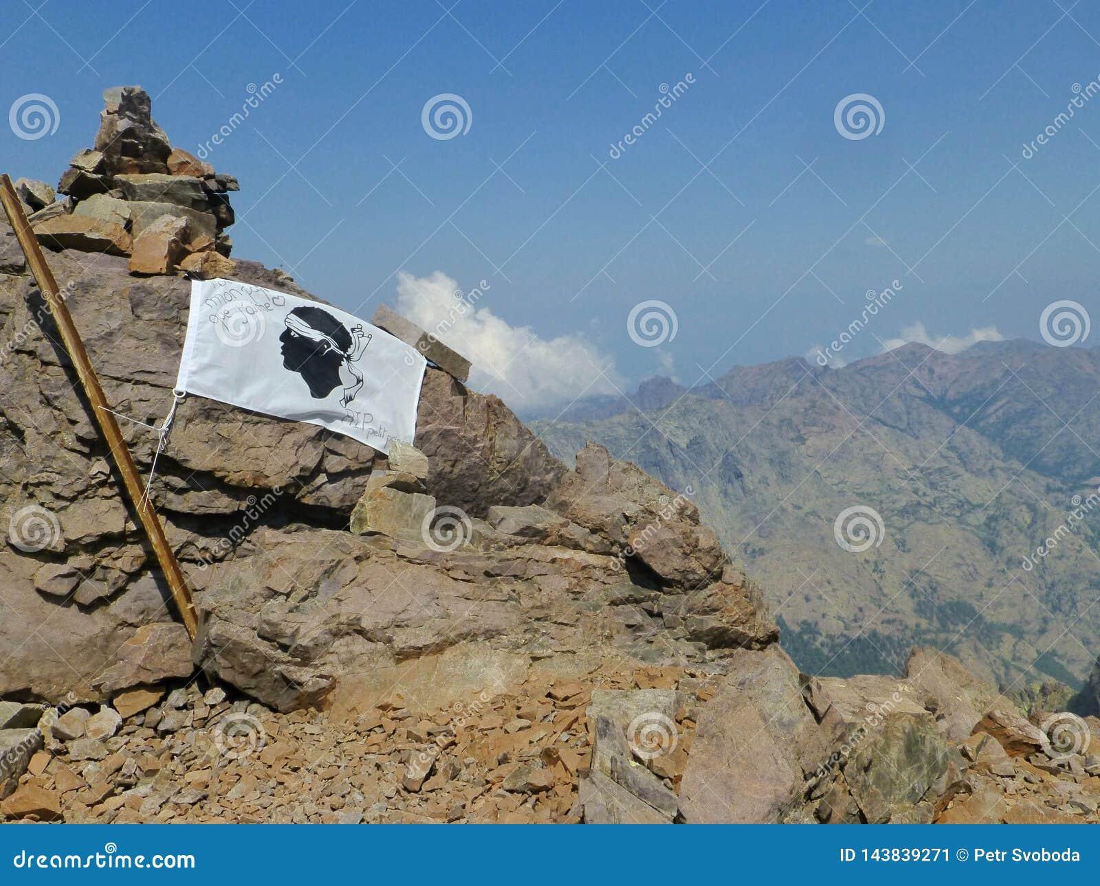 Корсиканский флаг на утесе
