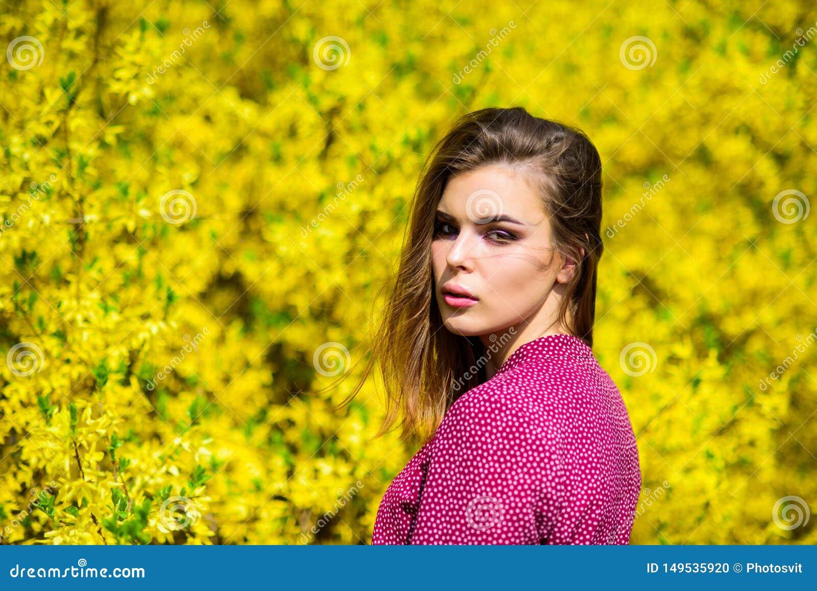 Косметики макияжа Свежесть весны o Милое skincare женщины Естественная концепция косметик Забота кожи макияжа