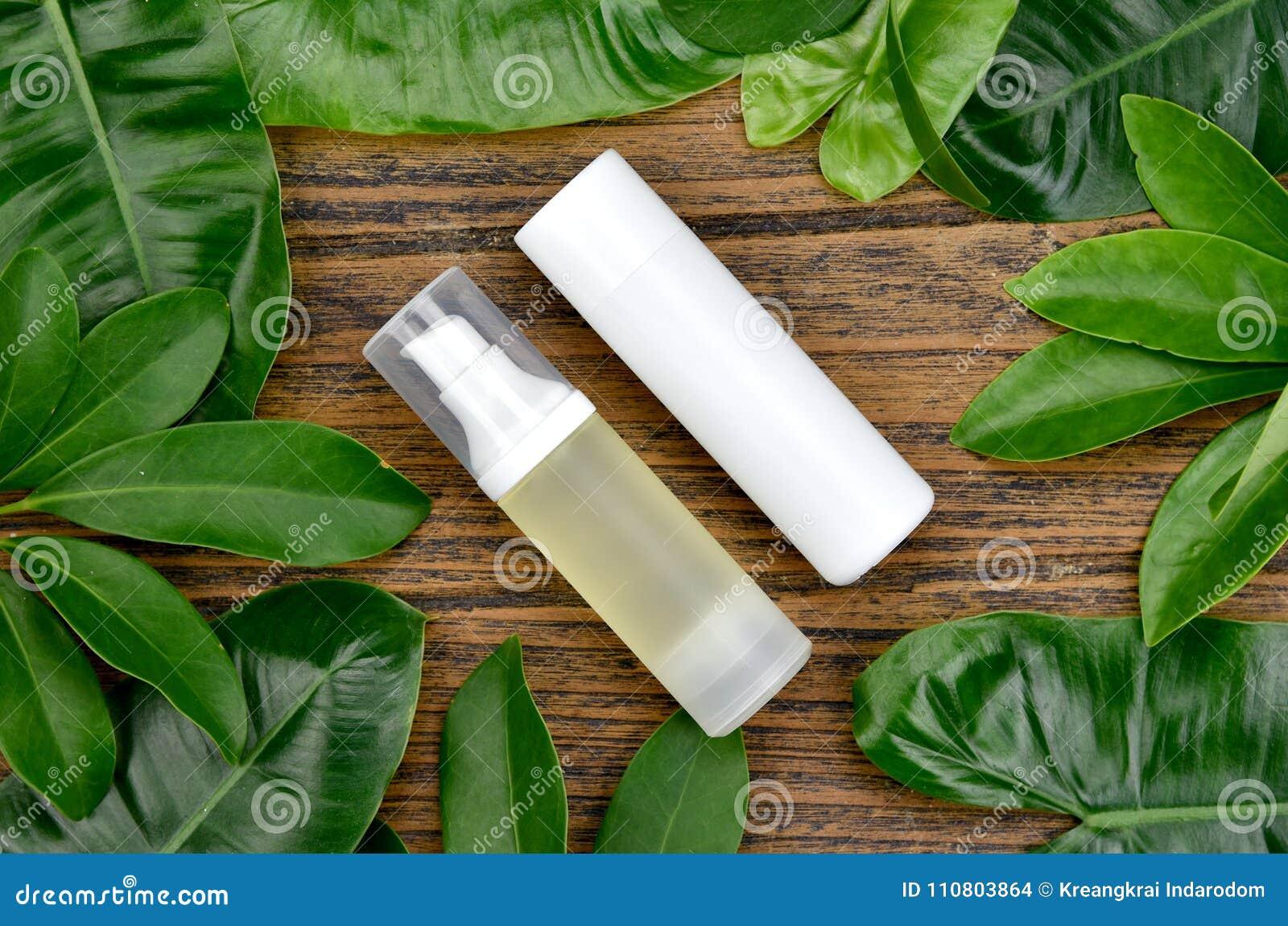 Косметические контейнеры бутылки с зелеными травяными листьями, пустым пакетом ярлыка для клеймя модель-макета