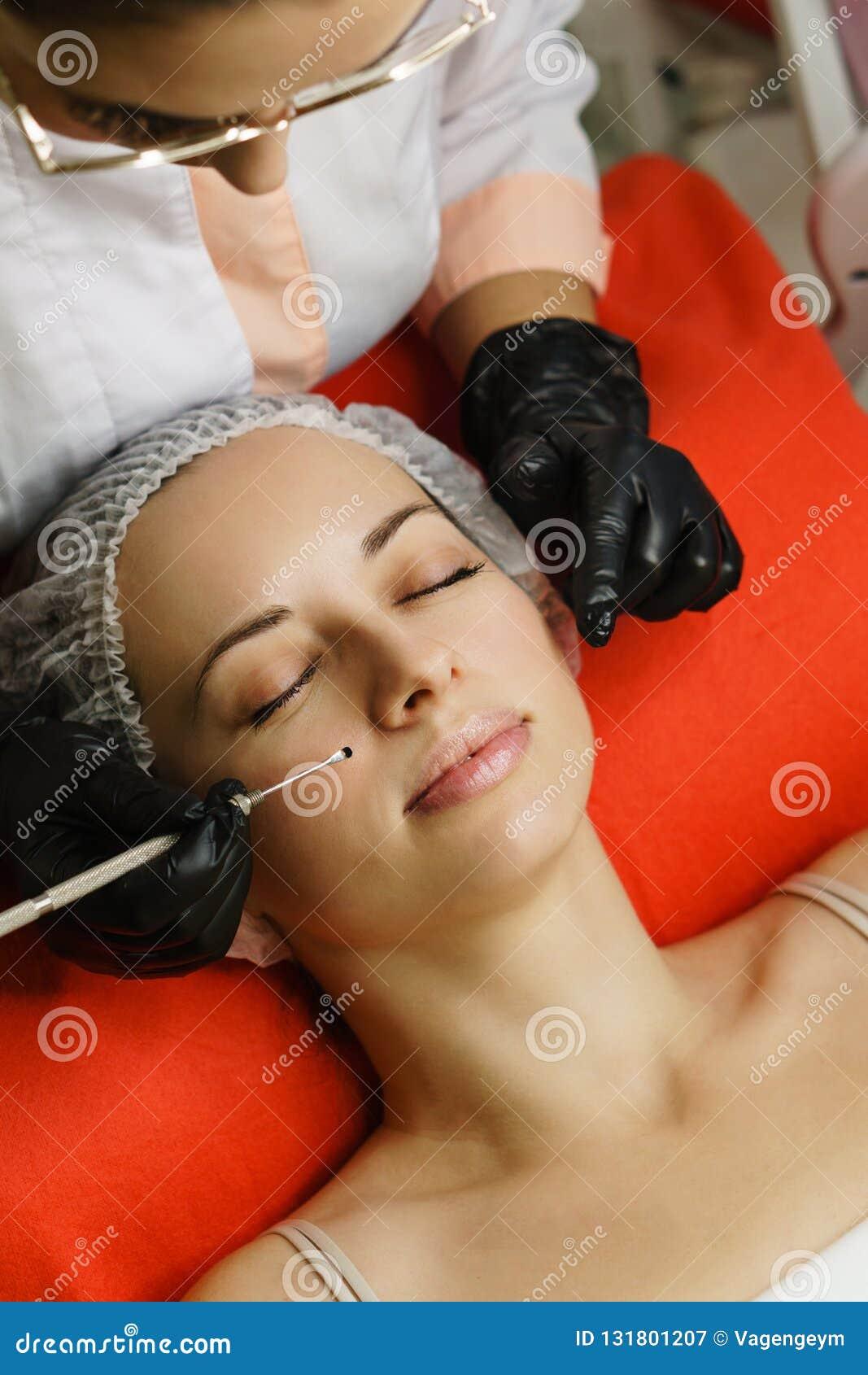 Косметология оборудования Beautician проводит очищая сторону женщины против старения обработки Салон курорта