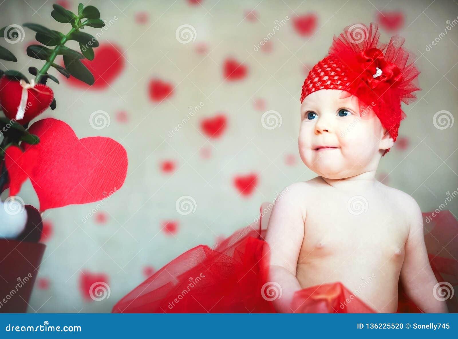Космос экземпляра концепции дня Валентайн Немногое младенец с поцелуями от губной помады Девушка с красным Святым Валентайн сердц