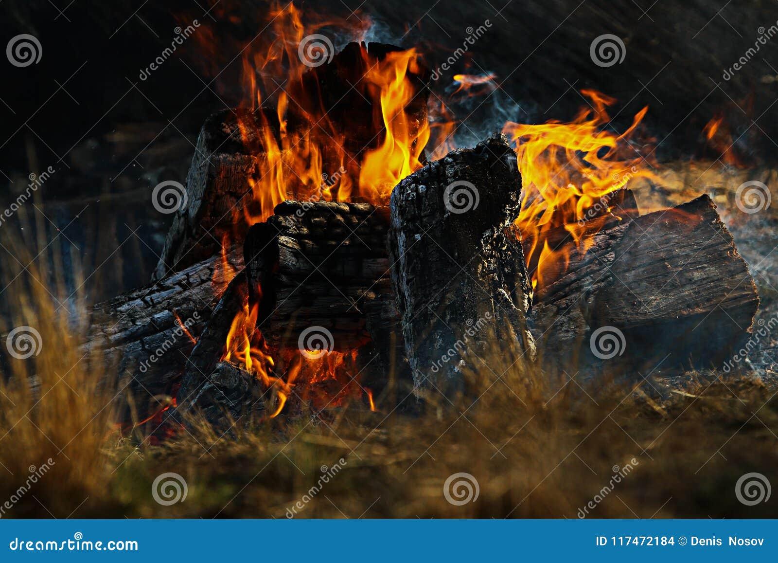 Костер с черными углями