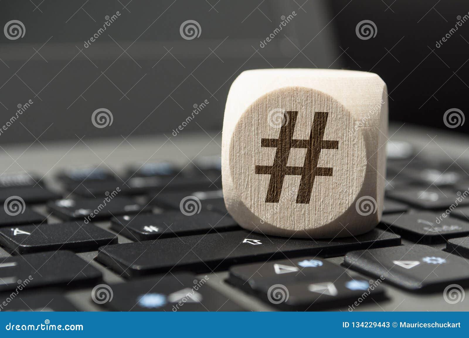 Кость куба с символом Hashtag на клавиатуре