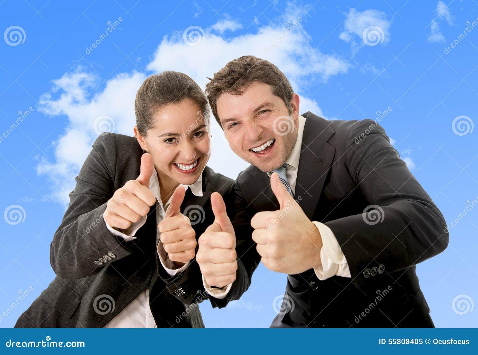 Костюмы испанской женщины счастливого успешного дела и кавказского человека нося давая большие пальцы руки вверх усмехаясь на гол